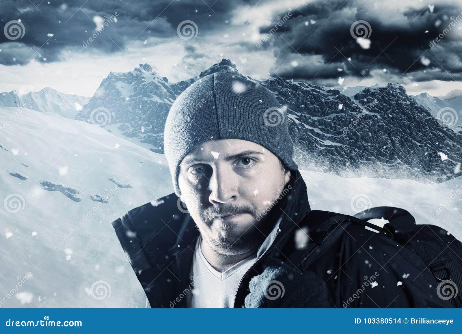 Portrait de randonneur fatigué devant le paysage de montagne en hiver