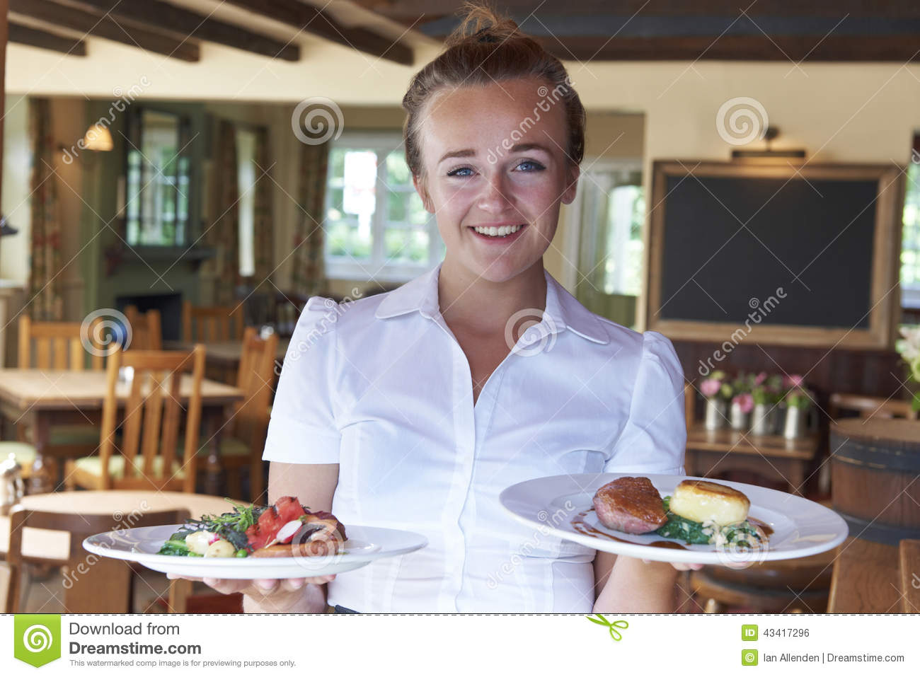 Portrait de restaurant de serving food in de serveuse for Job serveuse