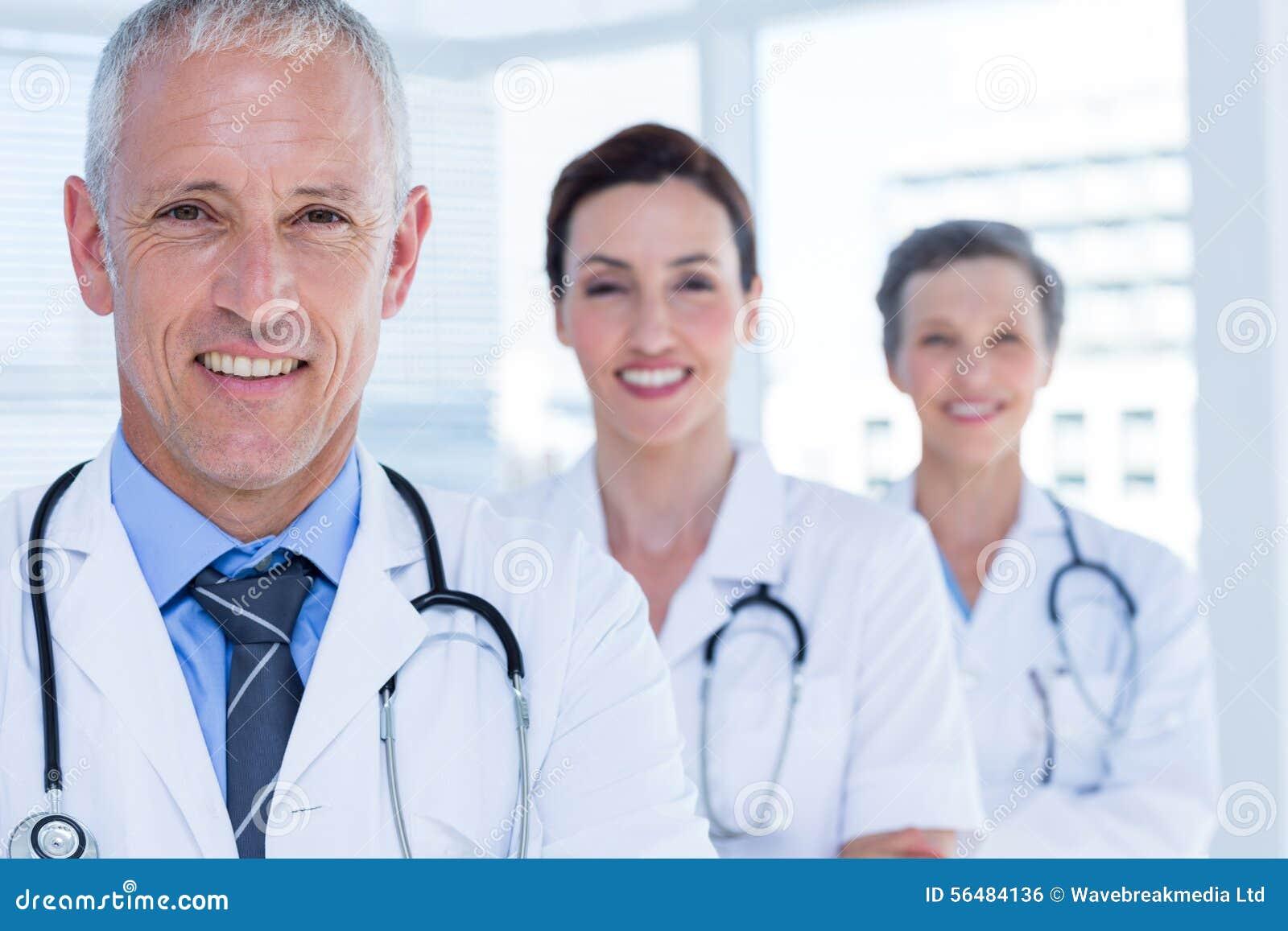 Portrait de trois collègues médicaux de sourire regardant l appareil-photo