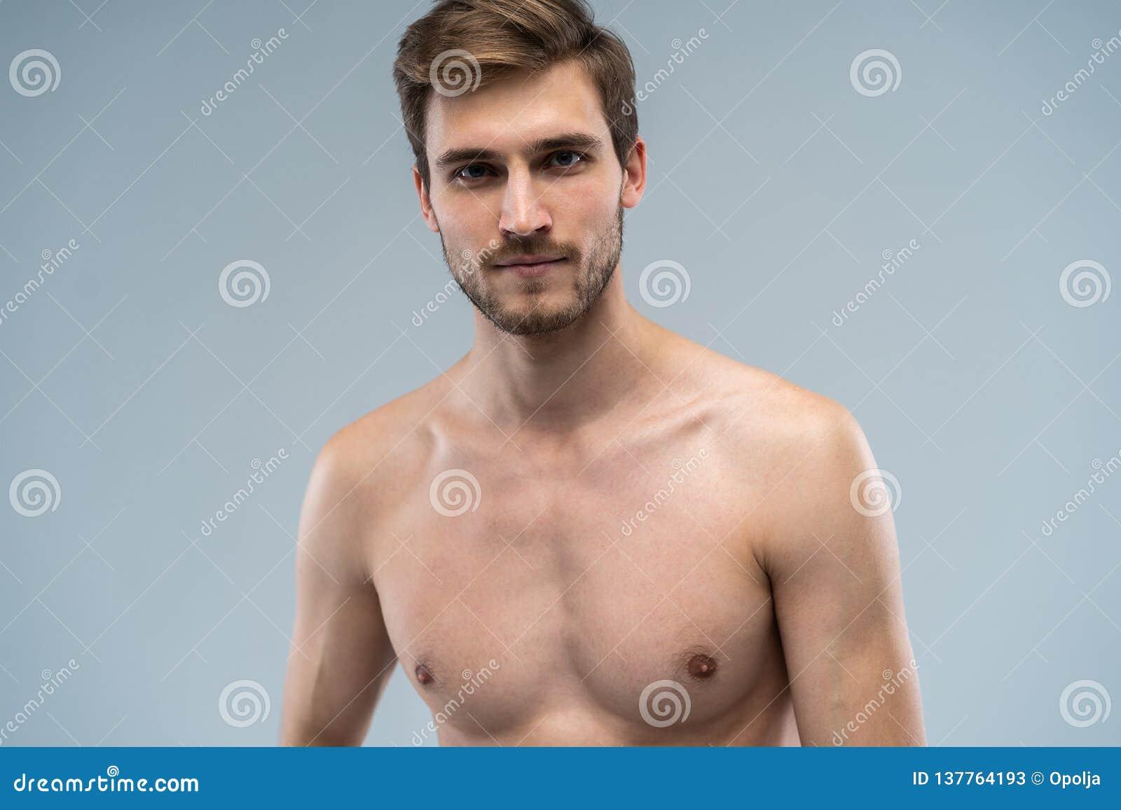 Portrait de type séduisant focalisé concentré sûr attirant avec les configurations idéales de visage barbues avec à la mode éléga