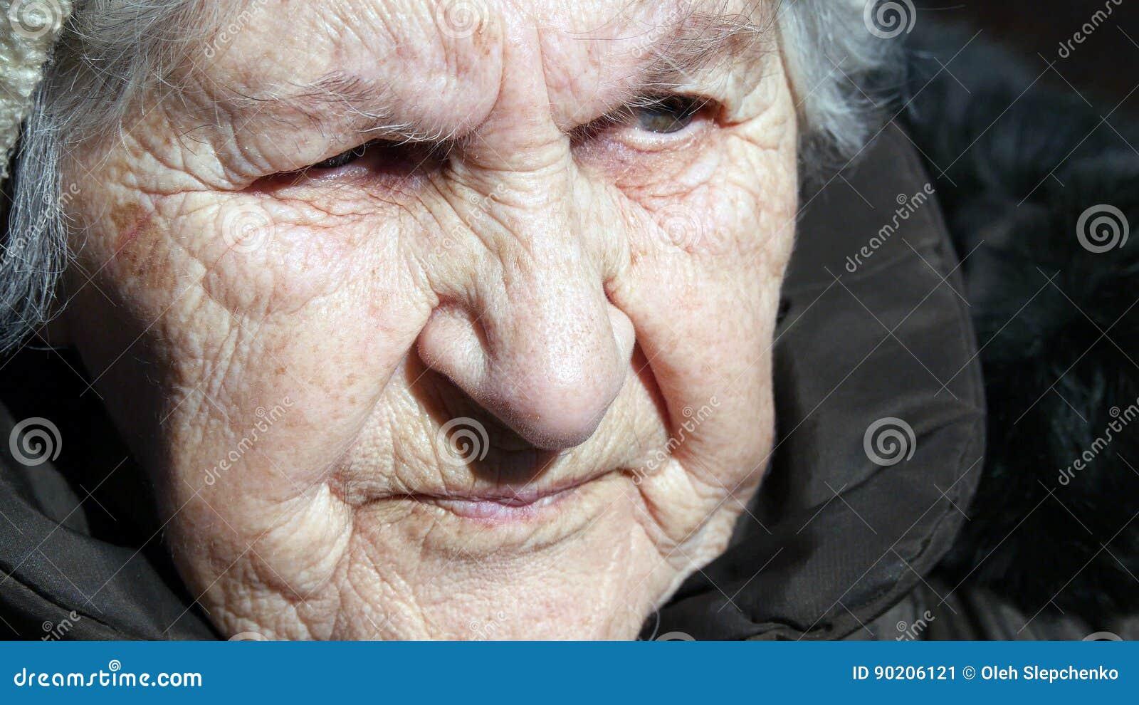 Portrait de vieille femme parlante Se reposer sérieux de grand-mère extérieur et parler Plan rapproché