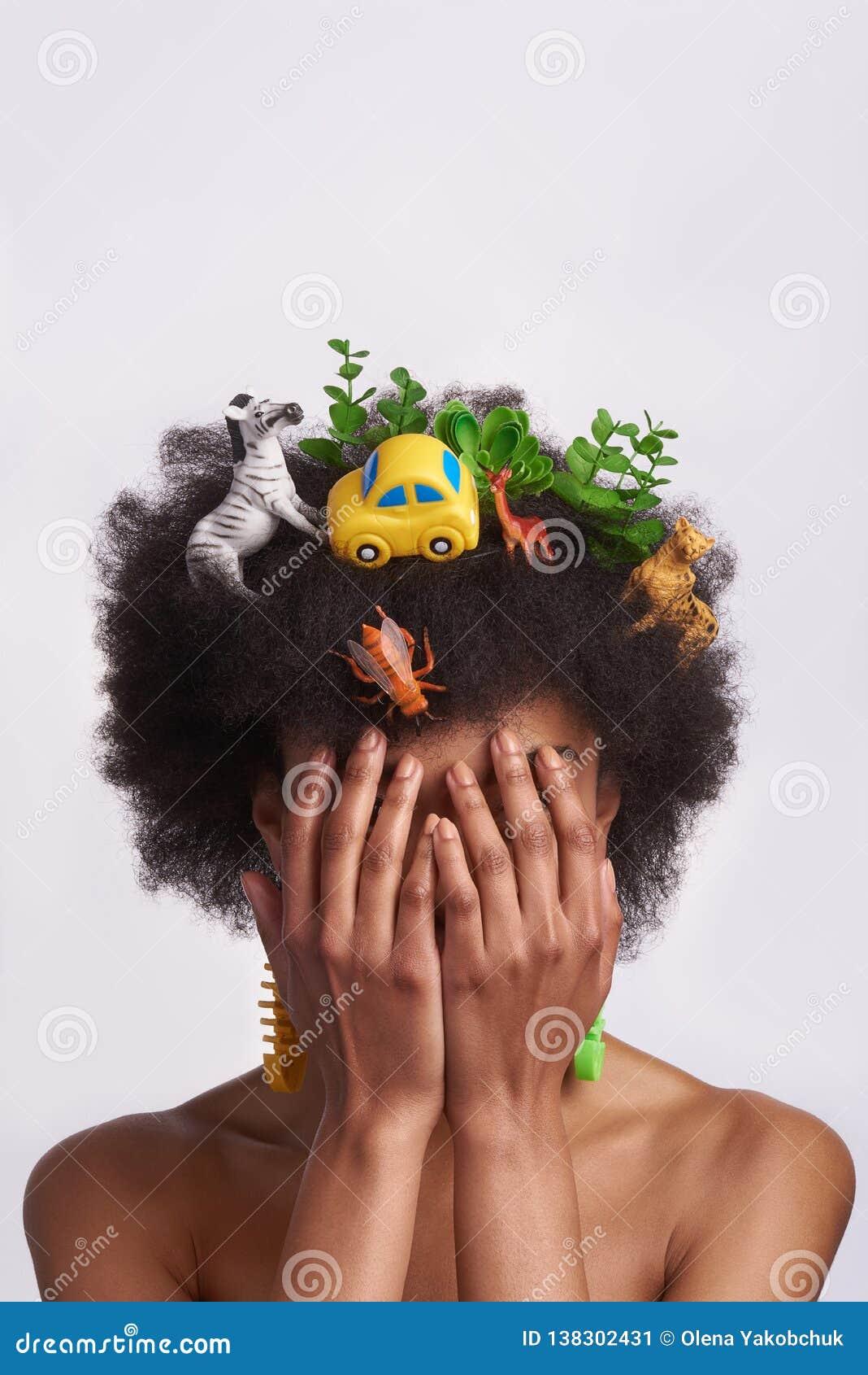Portrait de visage étroit de dame ethnique avec des mains