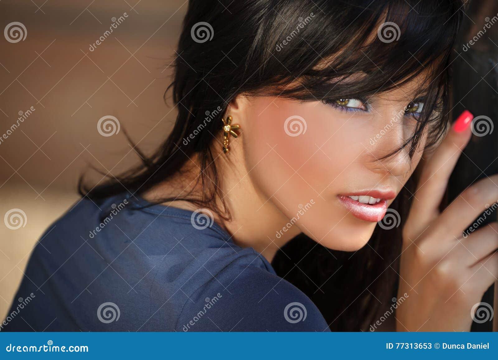 Portrait de visage de belle jeune femme