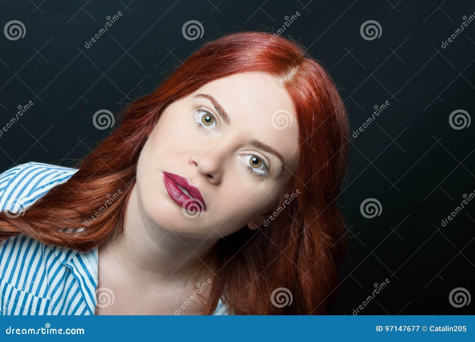 Portrait de visage de femme de beauté avec la peau propre parfaite
