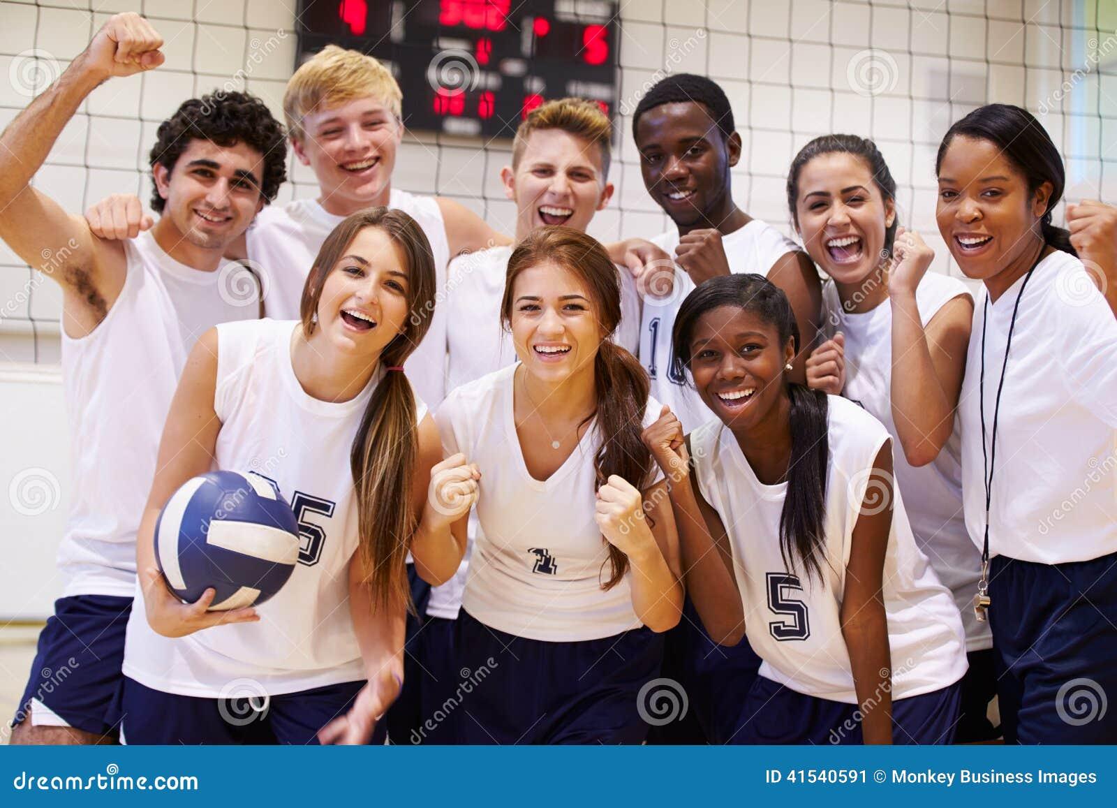 Portrait de volleyball Team Members With Coach de lycée