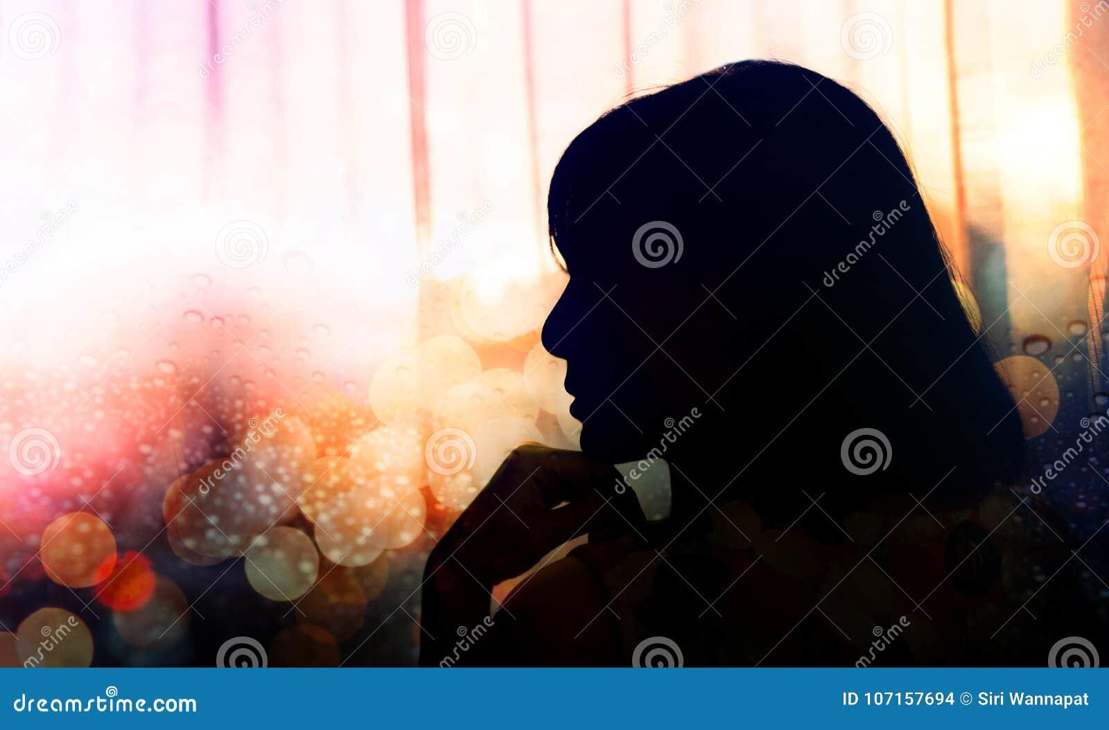 Portrait de vue de côté d une femme de tristesse, main sur Chin, silhouette