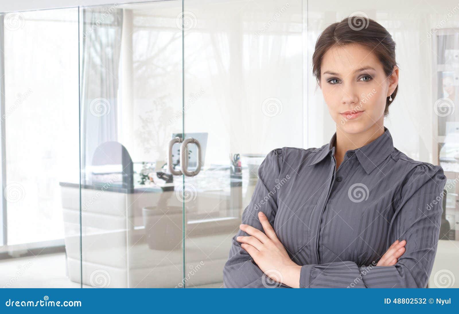 Portrait der überzeugten jungen Geschäftsfrau