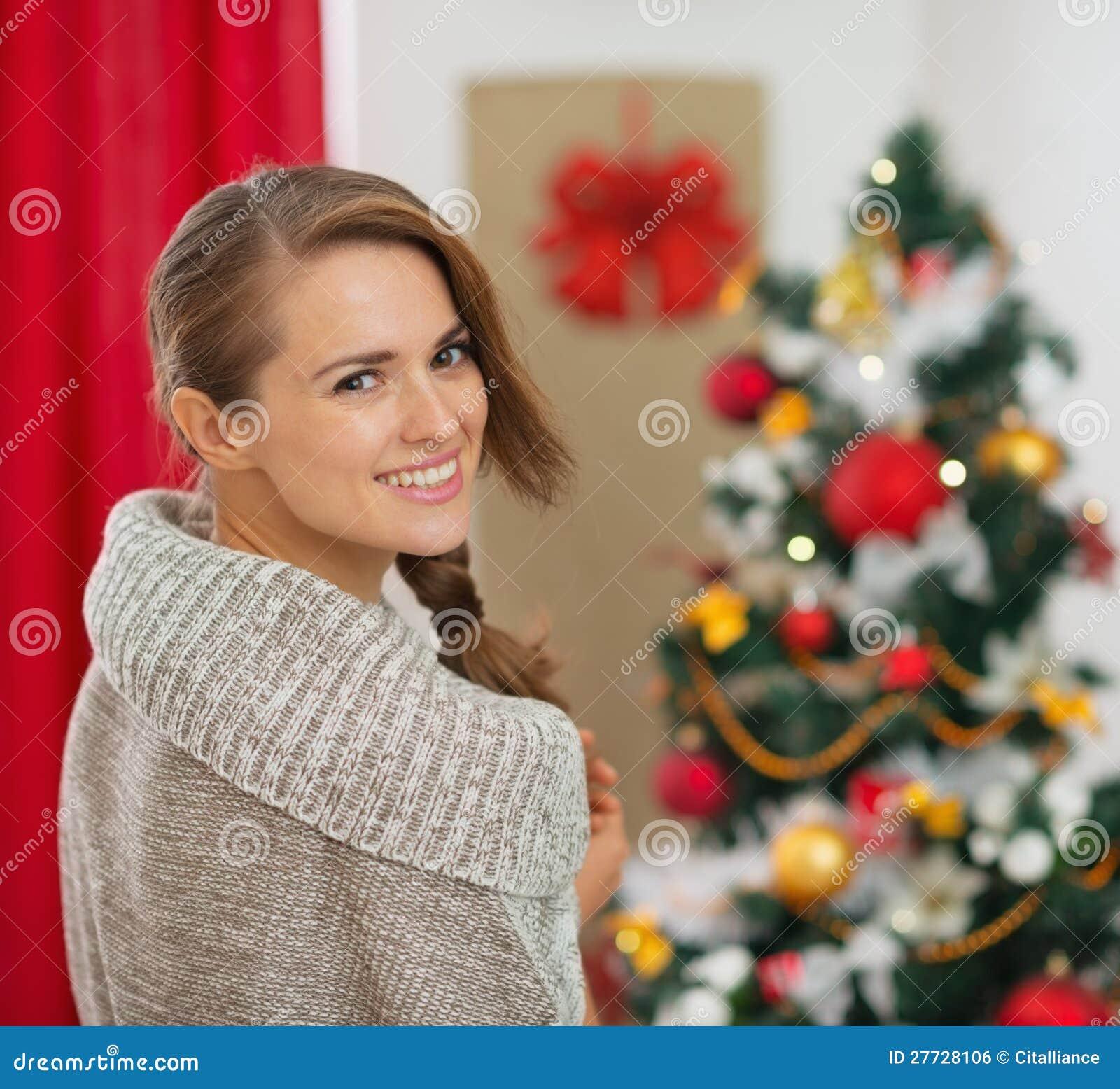 Portrait der Frau vor Weihnachtsbaum