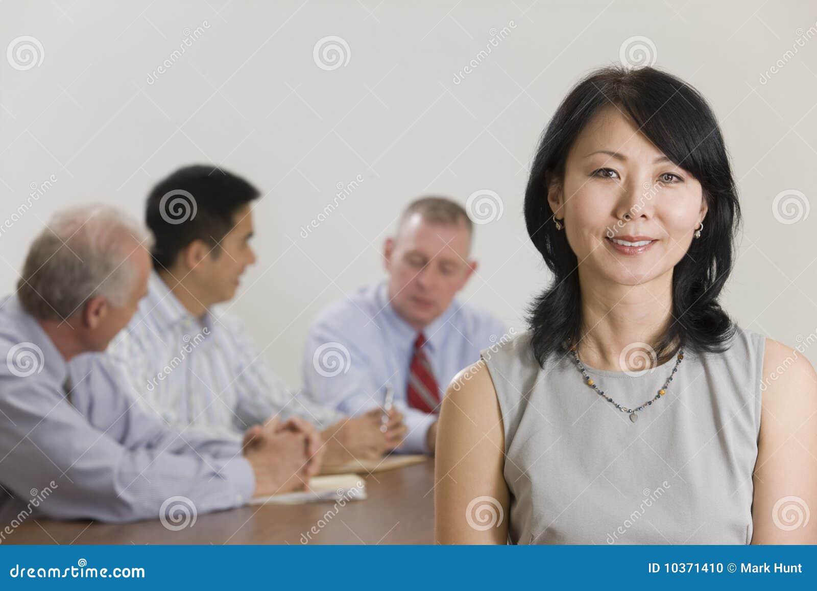 Portrait der Geschäftsfrau und ihres Teams.