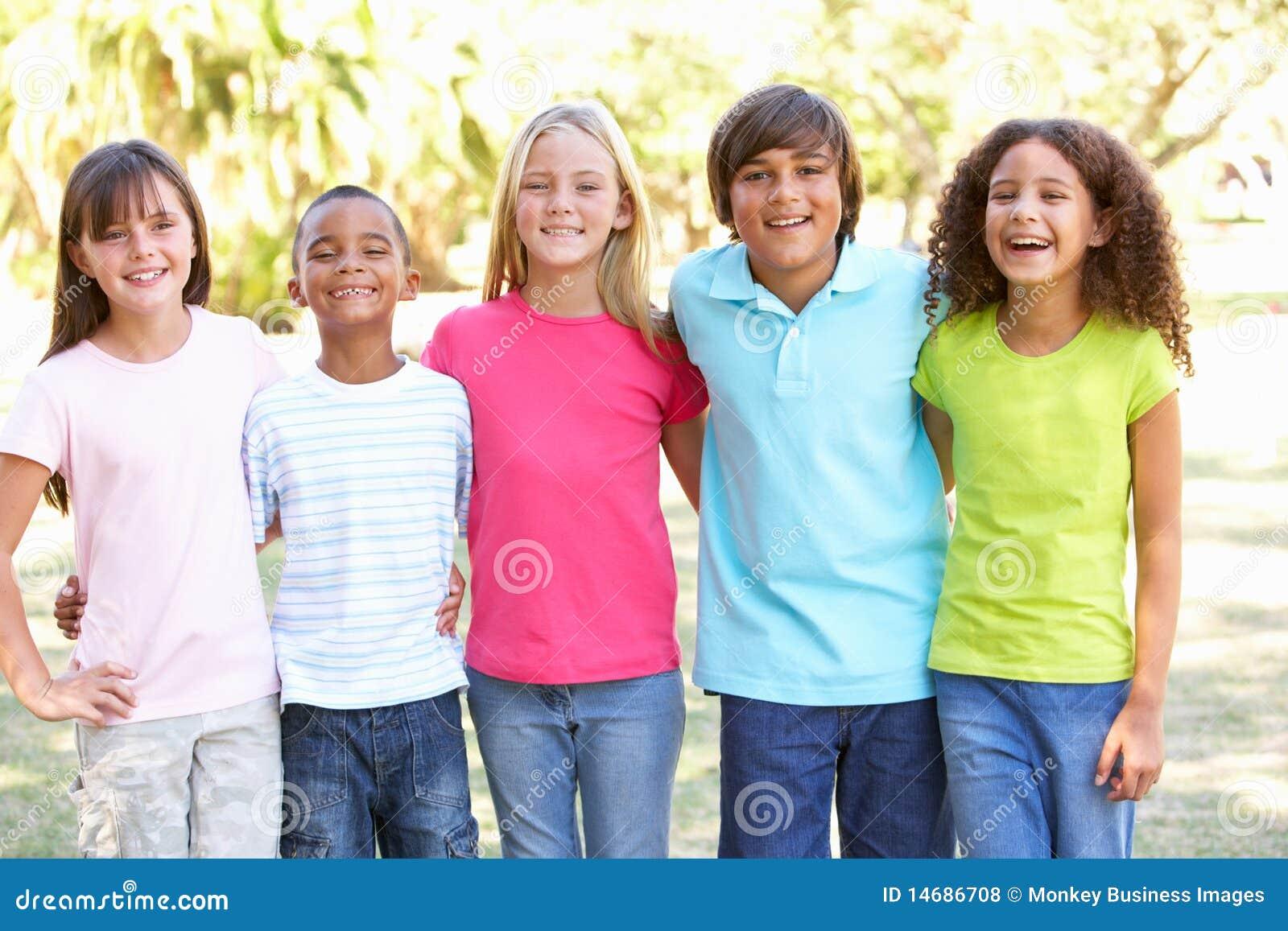 Portrait der Gruppe Kinder, die im Park spielen