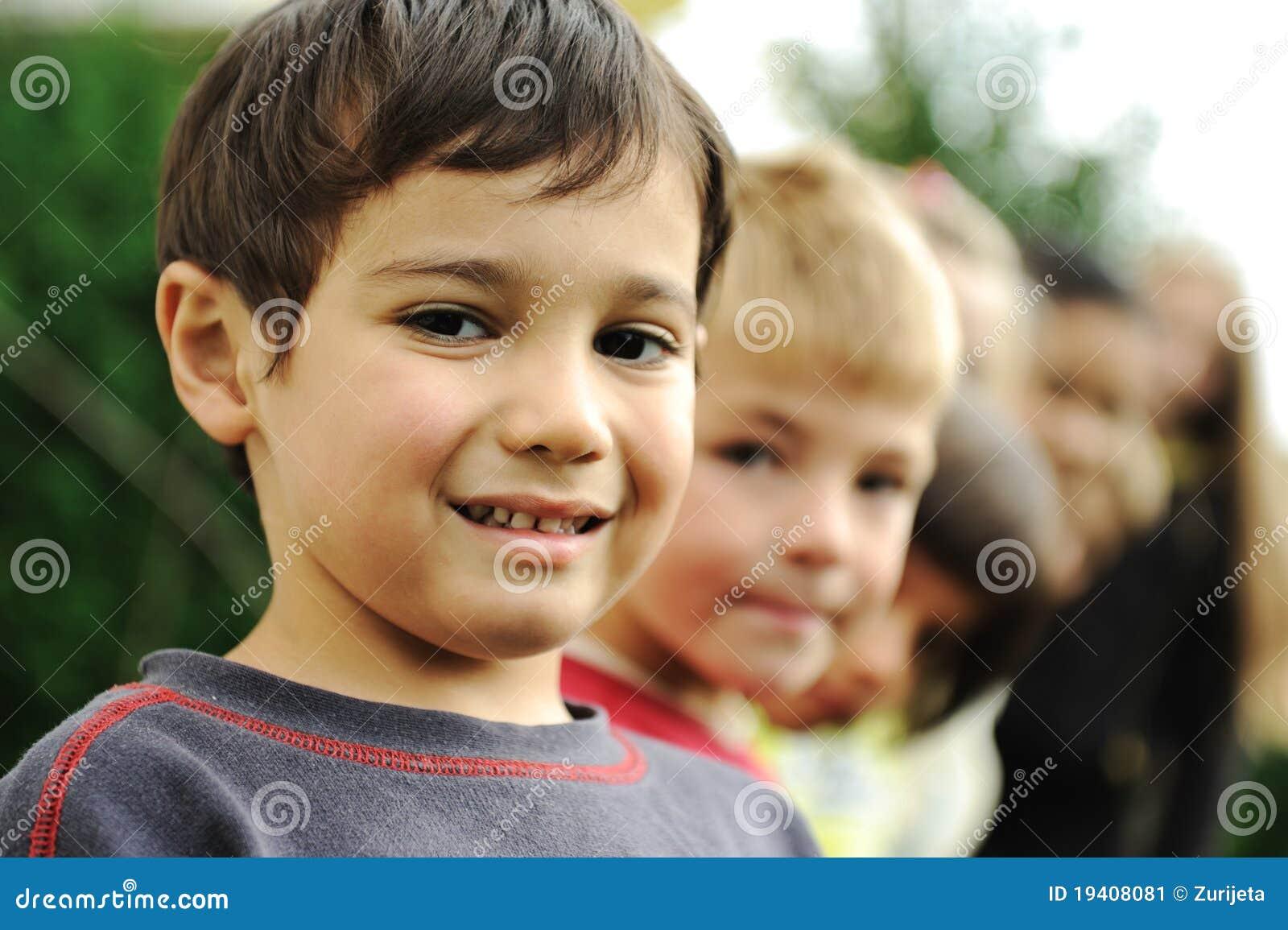 Portrait der Gruppe, Kinder im Freien