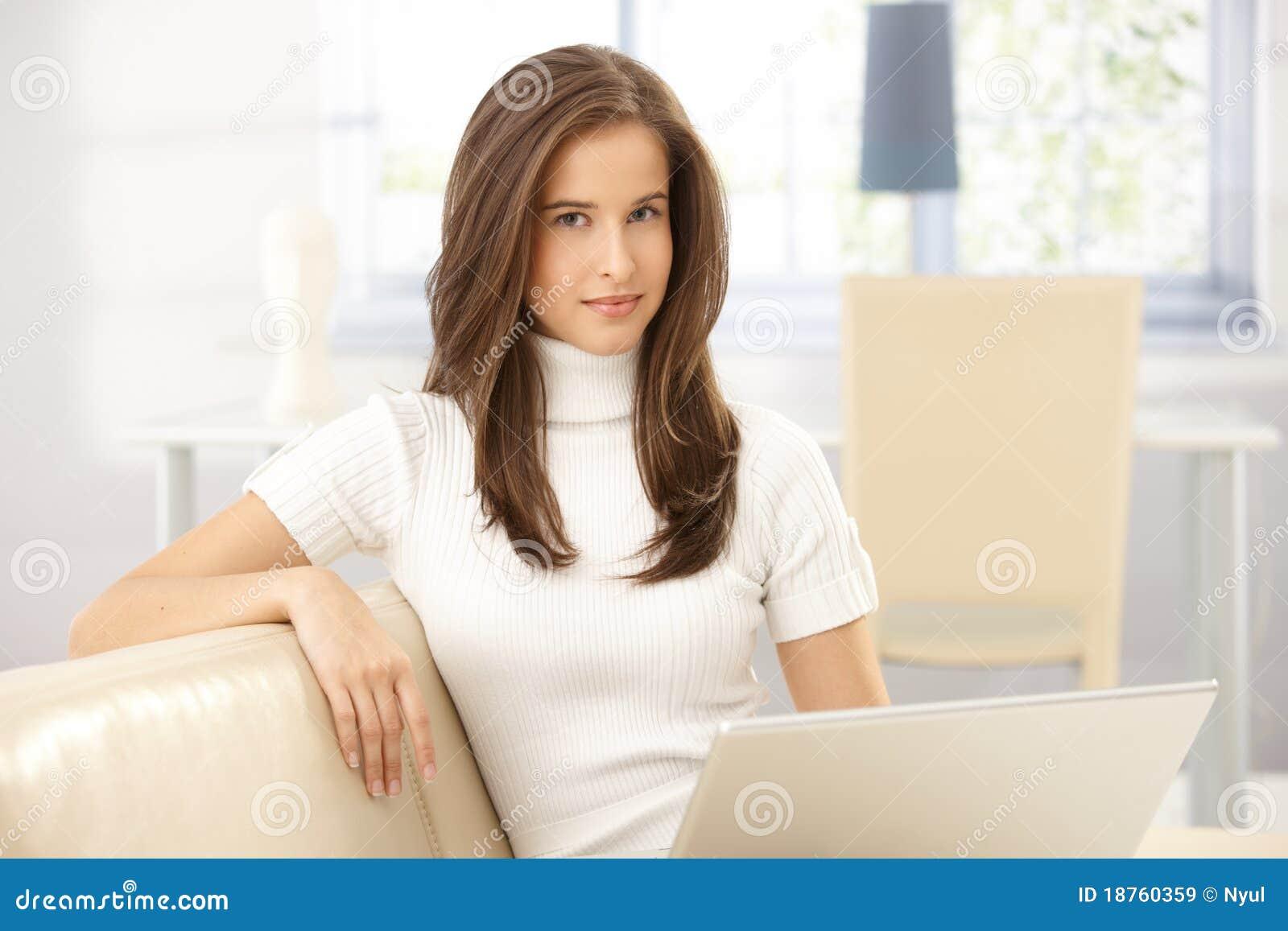 Portrait der hübschen Frau auf Sofa