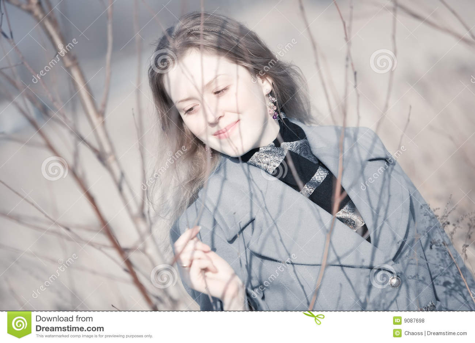 Portrait der jungen Frau draußen