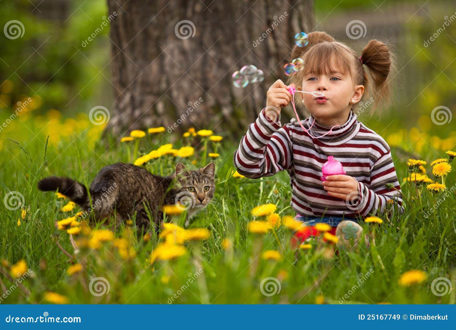 Portrait der lustigen durchbrennenseifenluftblasen des kleinen Mädchens