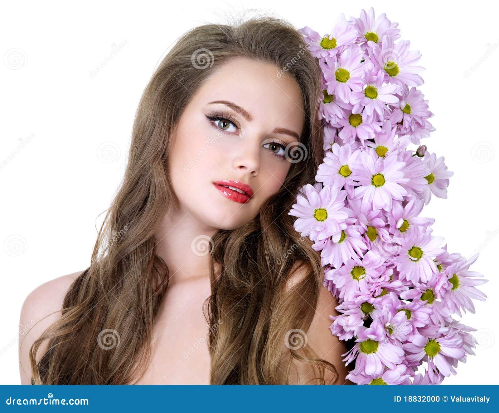 Portrait der reizvollen Frau mit Blumen