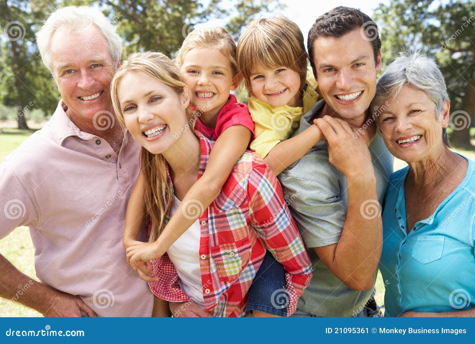 Portrait der von mehreren Generationen Familie draußen
