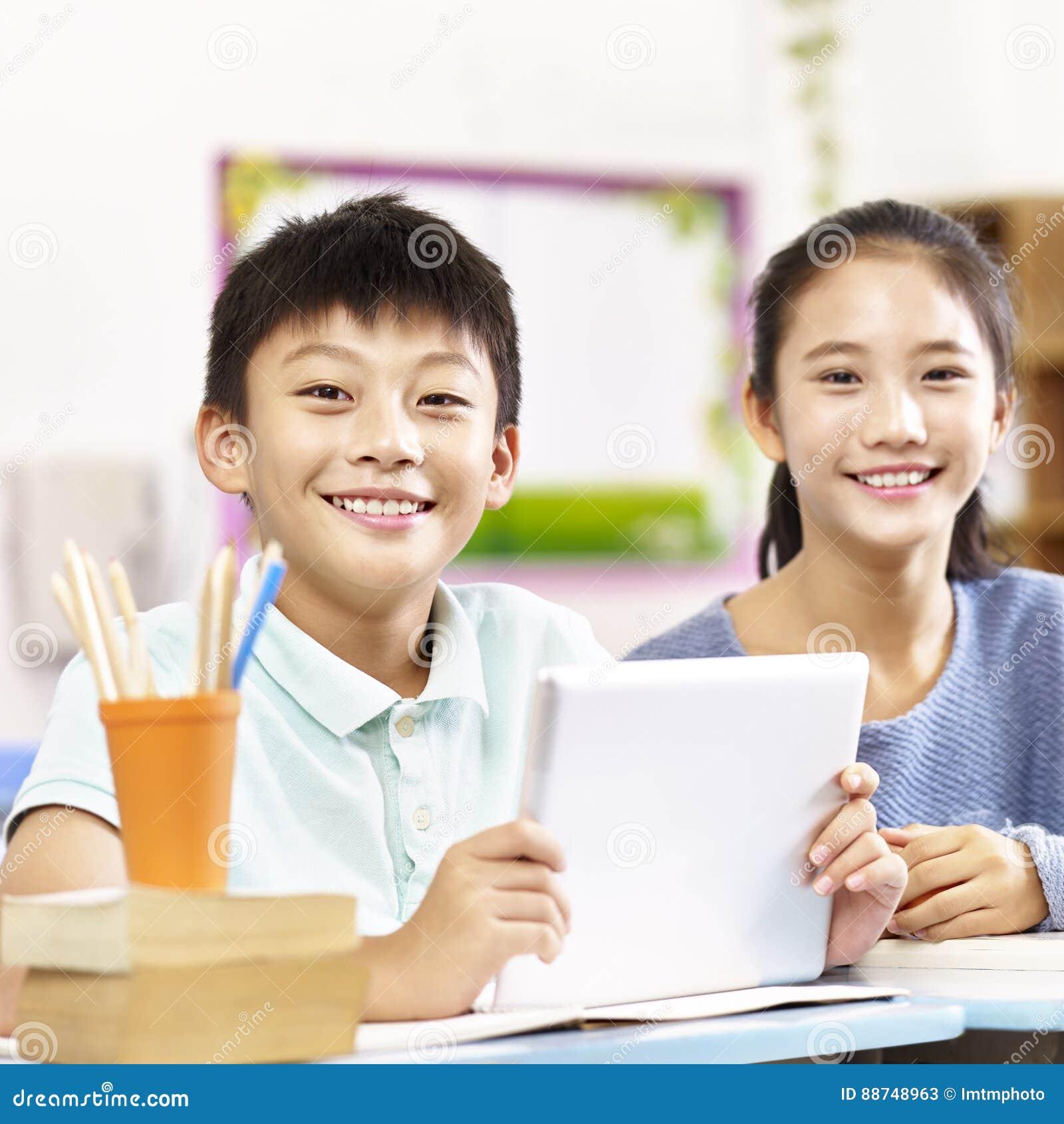 Portrait des écoliers élémentaires asiatiques