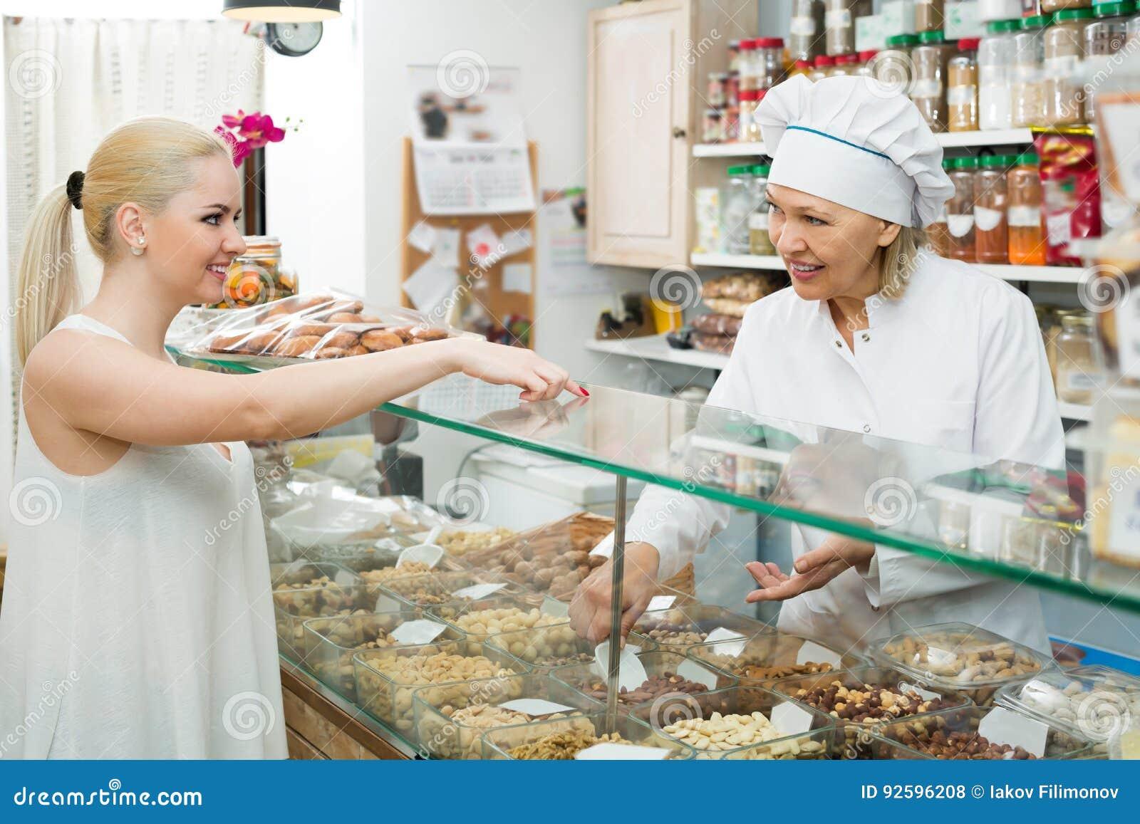 Portrait des écrous de achat de vendeur et de fille