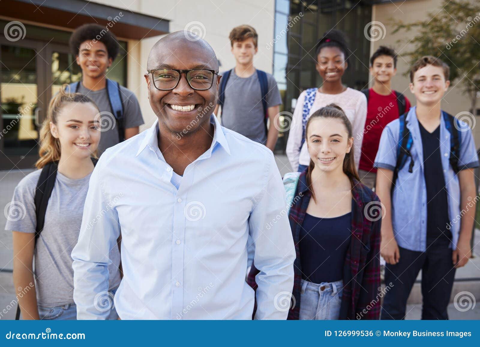 Portrait des étudiants de lycée avec le professeur Outside College Buildings