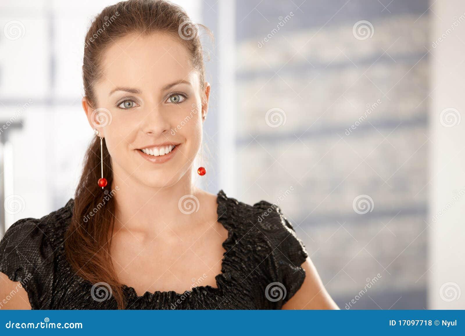Portrait des attraktiven Lächelns der jungen Frau