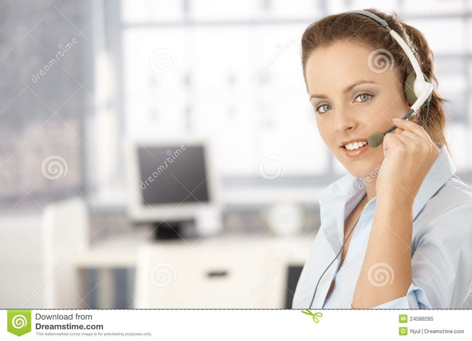 Portrait des attraktiven Mädchens, das Kopfhörer verwendet