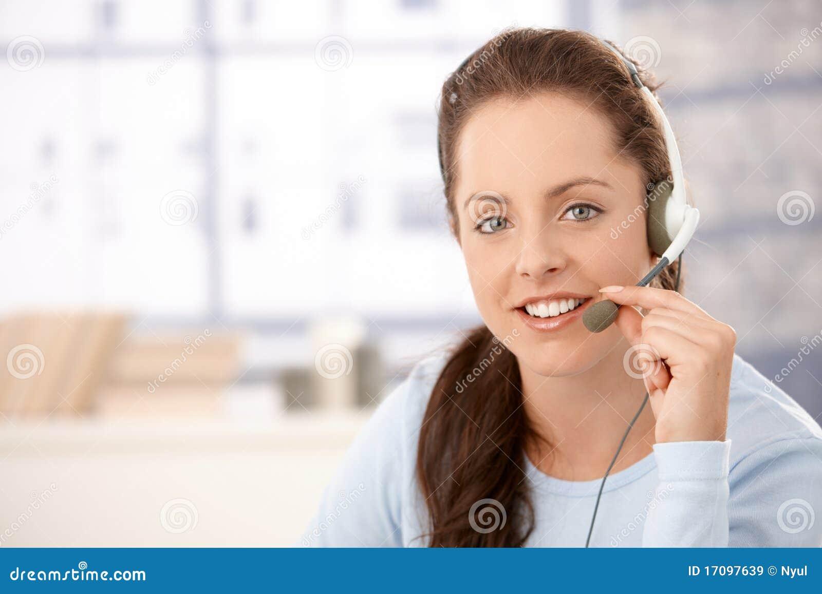 Portrait des attraktiven Verteilers mit Kopfhörern