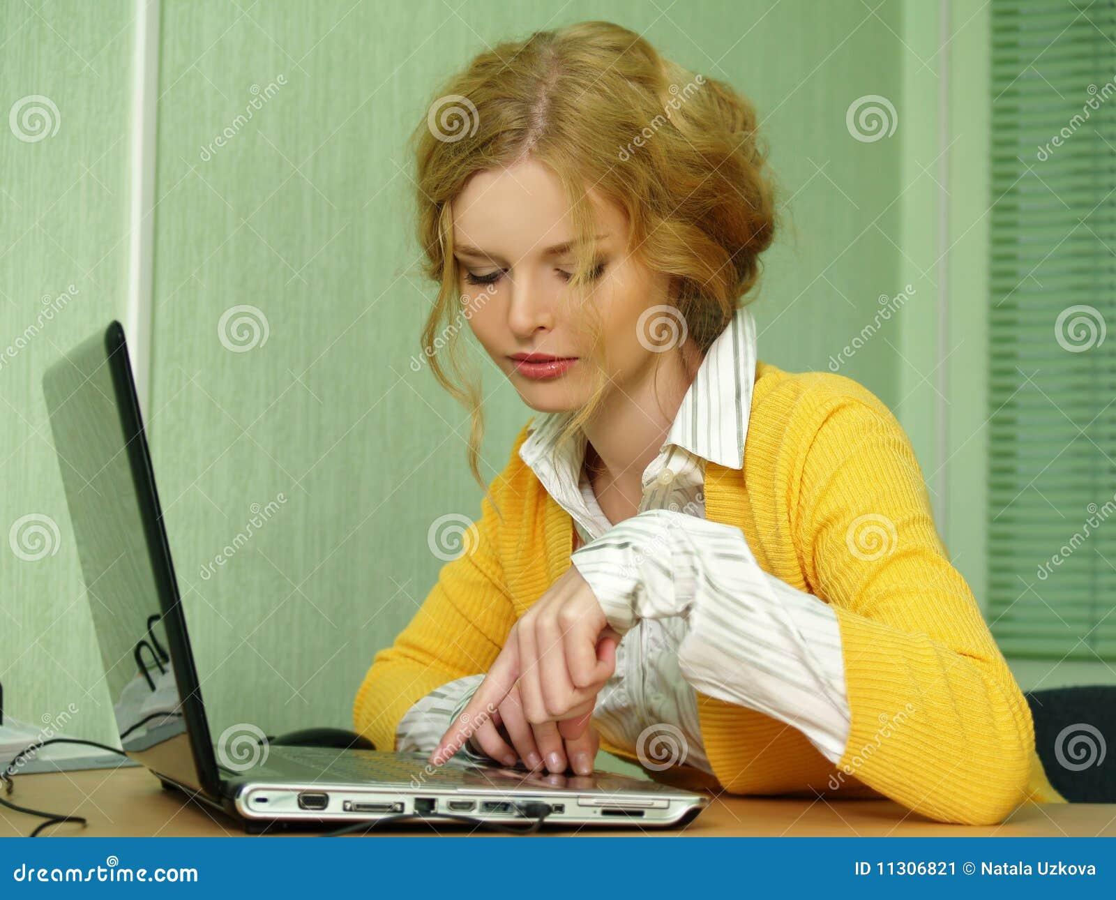 Portrait des blonden Geschäftsmädchens