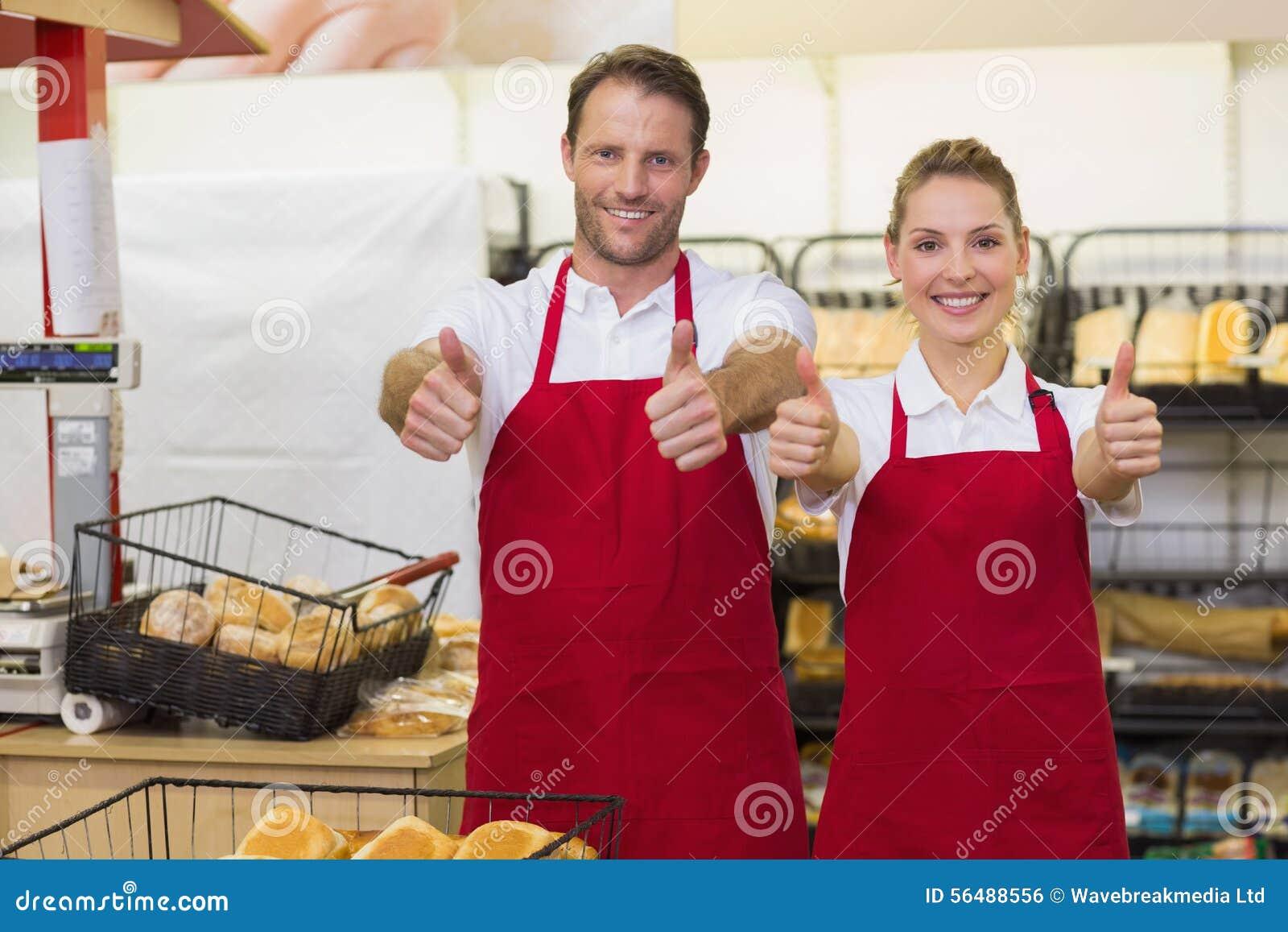 Portrait des boulangers de sourire avec le pouce