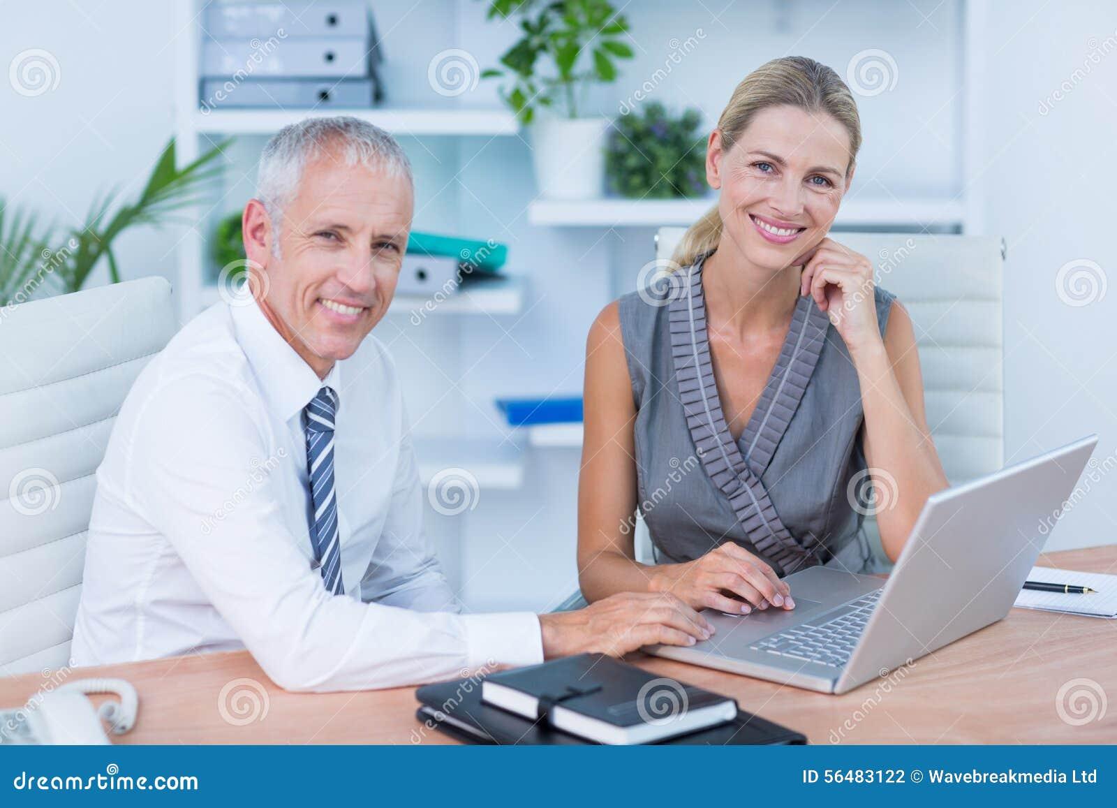 Portrait des collègues à l aide de l ordinateur portable