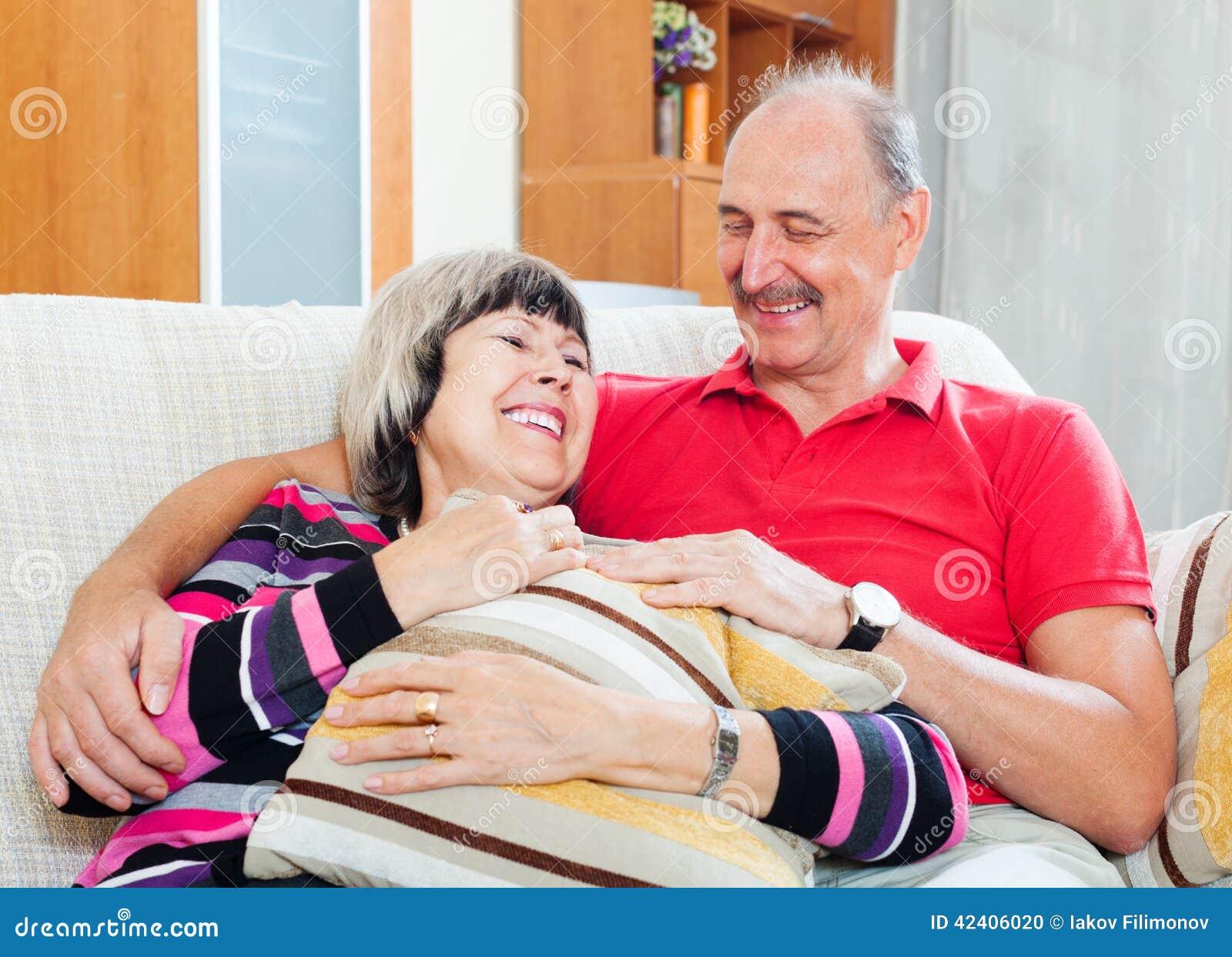 Portrait des couples mûrs ordinaires heureux