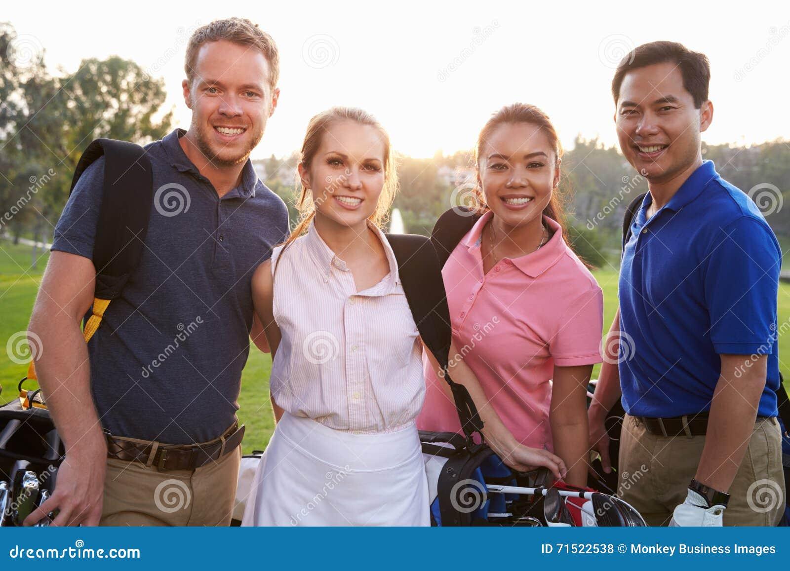 Portrait des golfeurs marchant le long des sacs de golf de transport de fairway