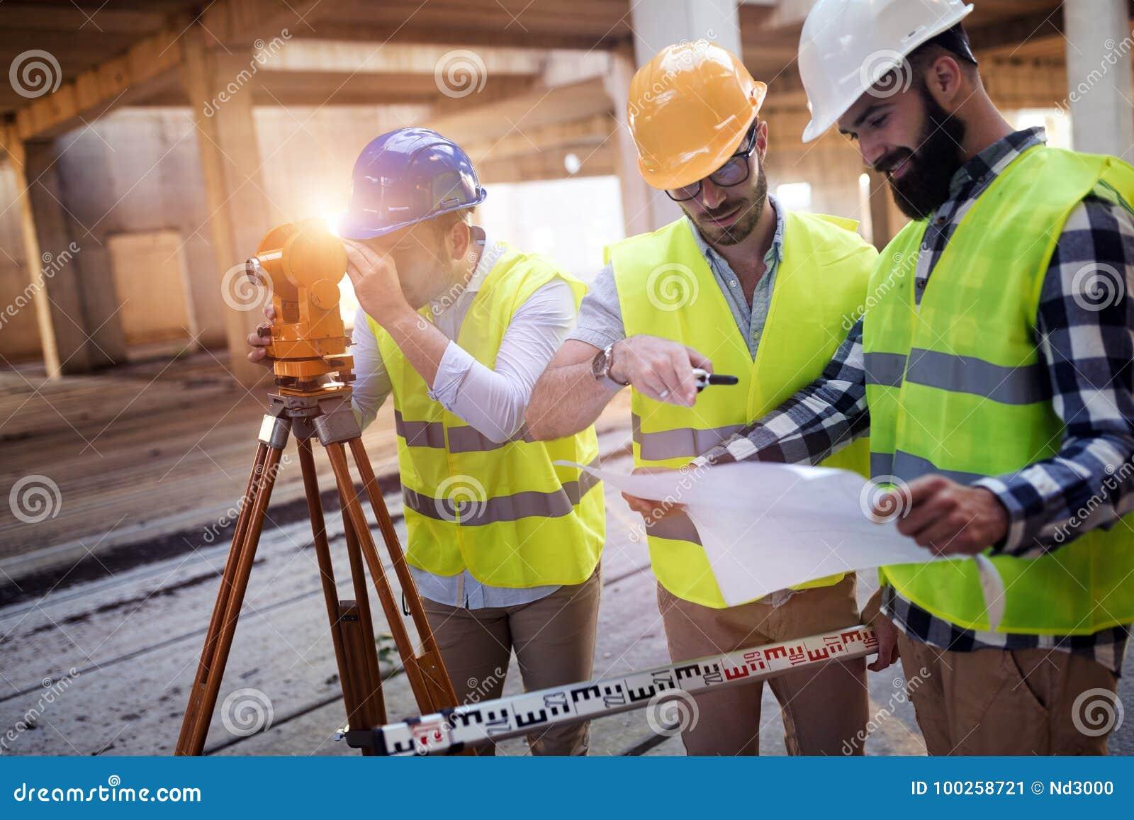 Portrait des ingénieurs de construction travaillant au chantier