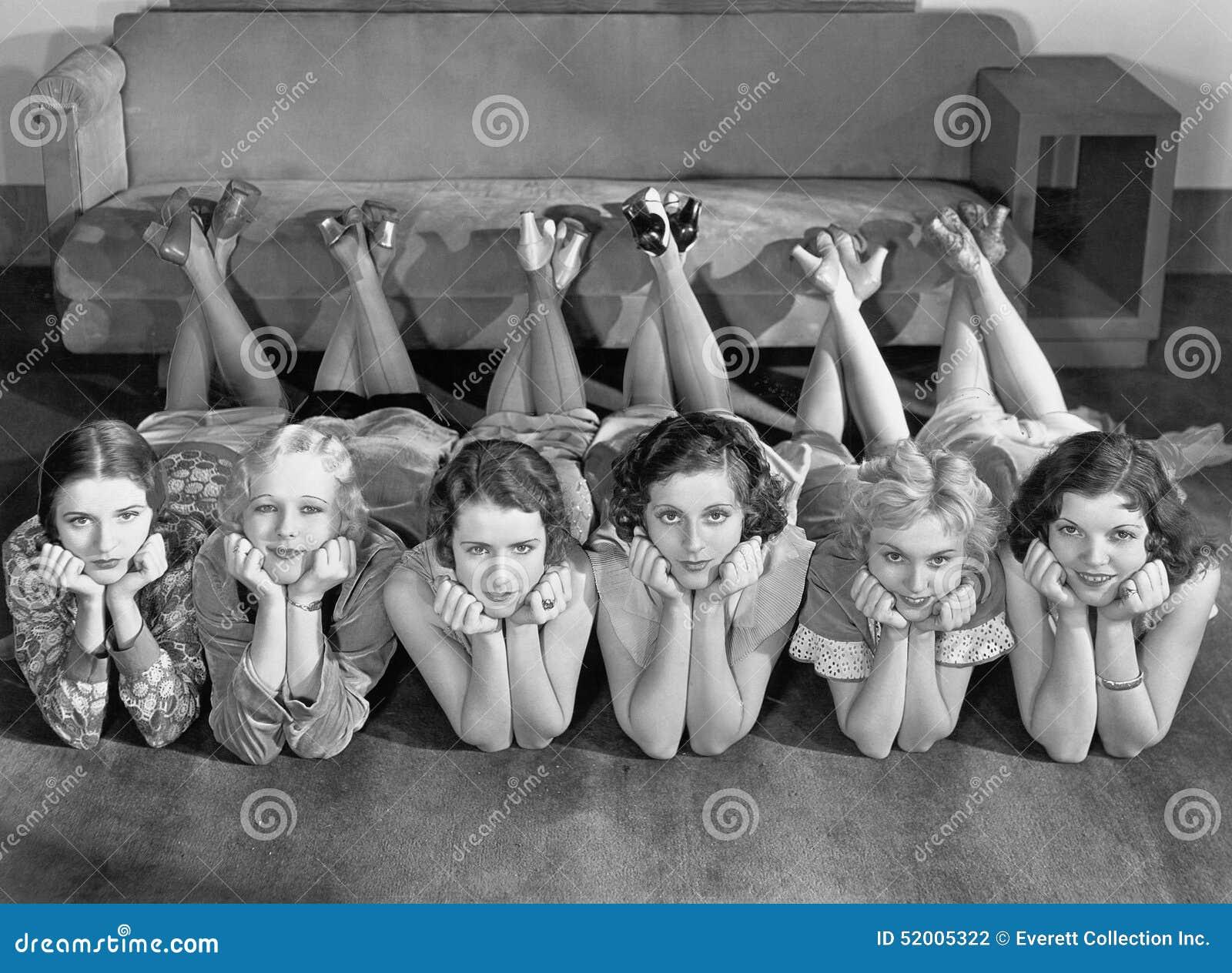 Portrait des jeunes femmes dans la rangée sur le plancher