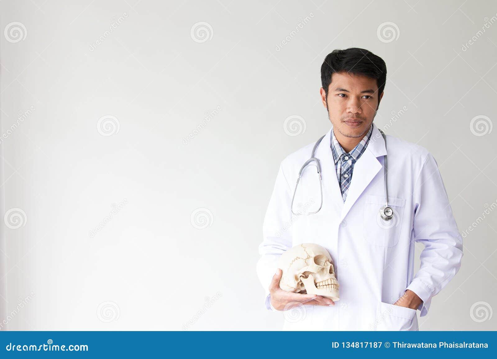 Portrait des lächelnden männlichen Doktors Freundlicher Doktor des jungen Mannes mit einem Stethoskop herum auf Hals Asiatische L