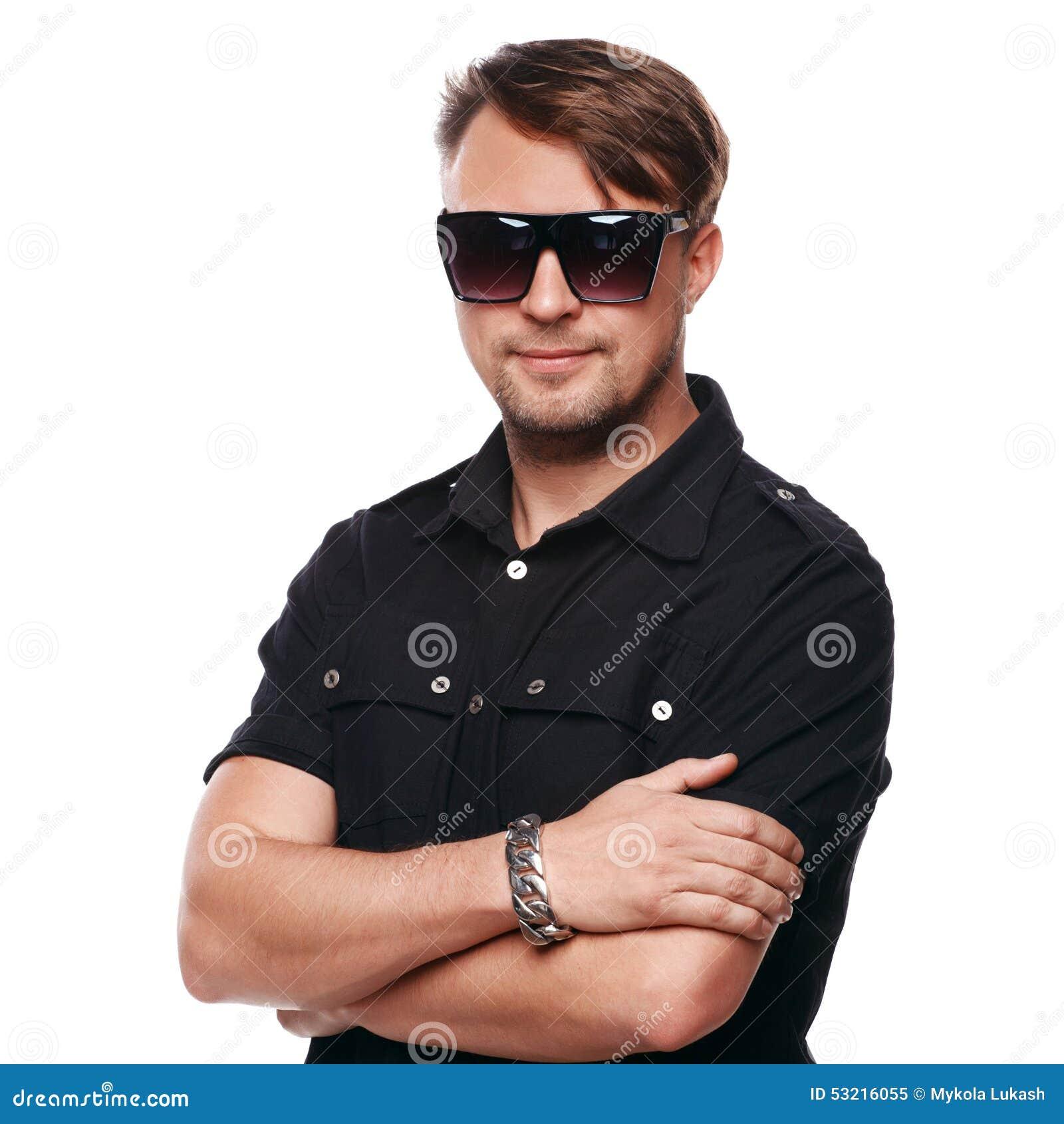 1871ff96964ab5 Portrait des lunettes de soleil de port de jeune homme bel de mode D  isolement sur