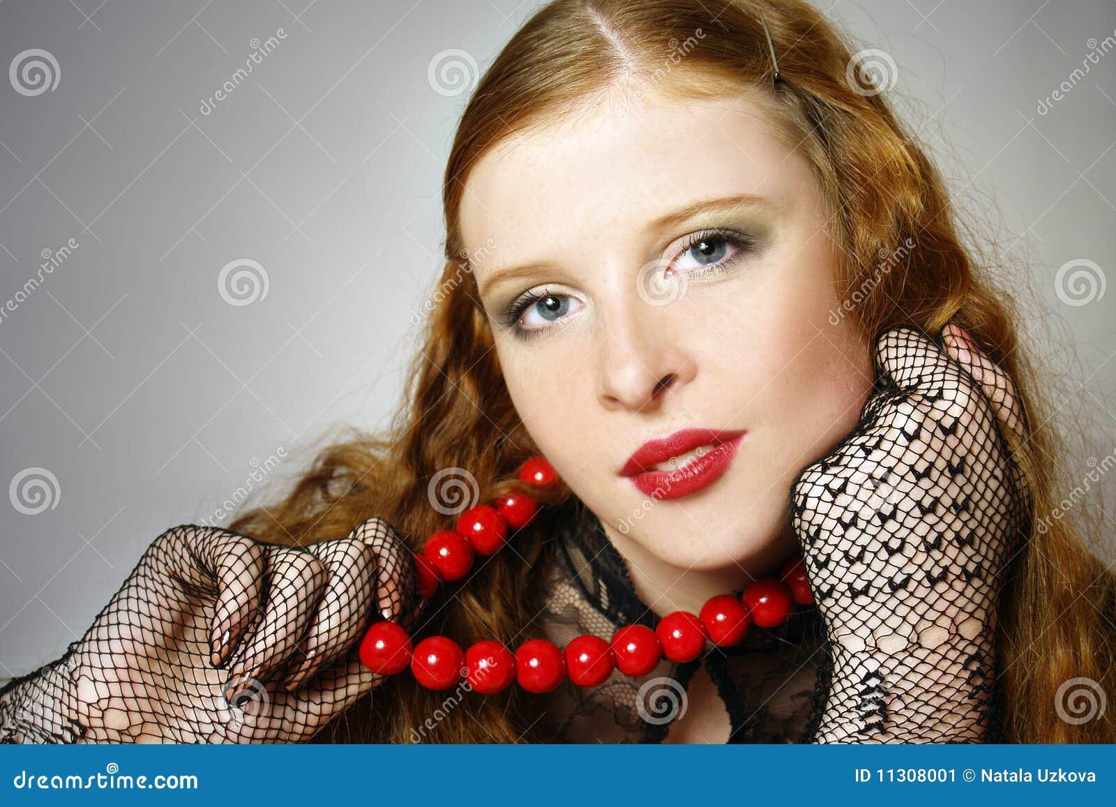 Portrait des Mädchens mit dem roten langen Haar.