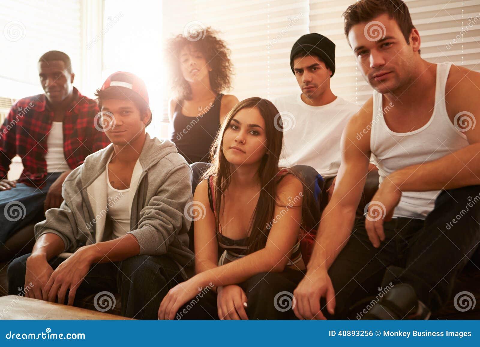 Portrait des membres de bande s asseyant sur Sofa In House