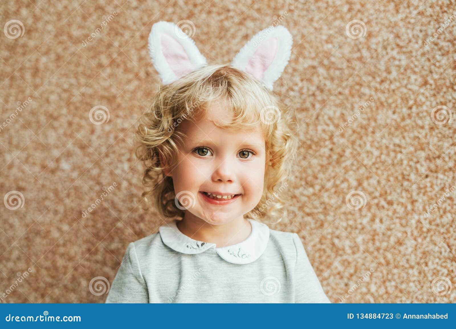 Portrait des oreilles de port de lapin de fille adorable d enfant en bas âge