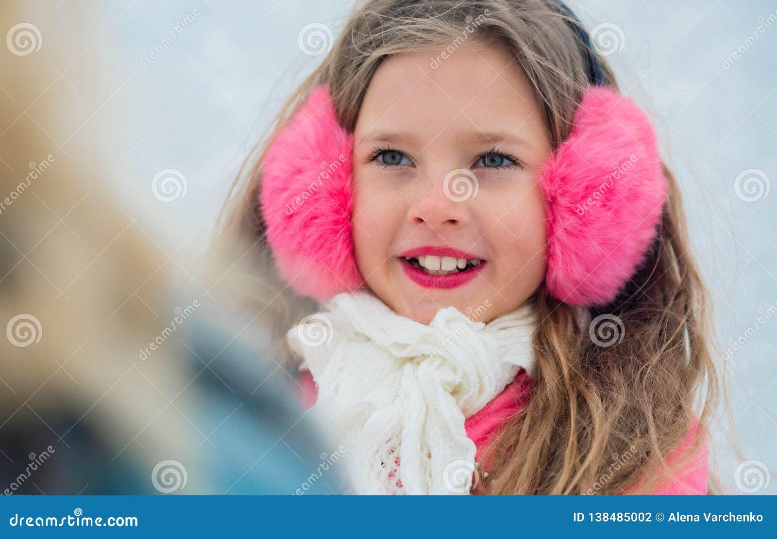 Portrait des patins de petite fille regardant sur la fin de maman