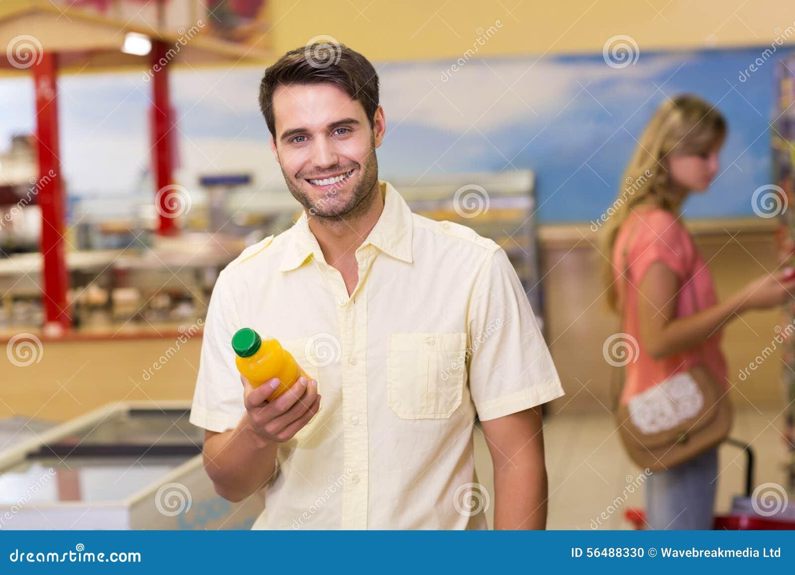 Portrait des produits de achat de sourire d un homme de handome