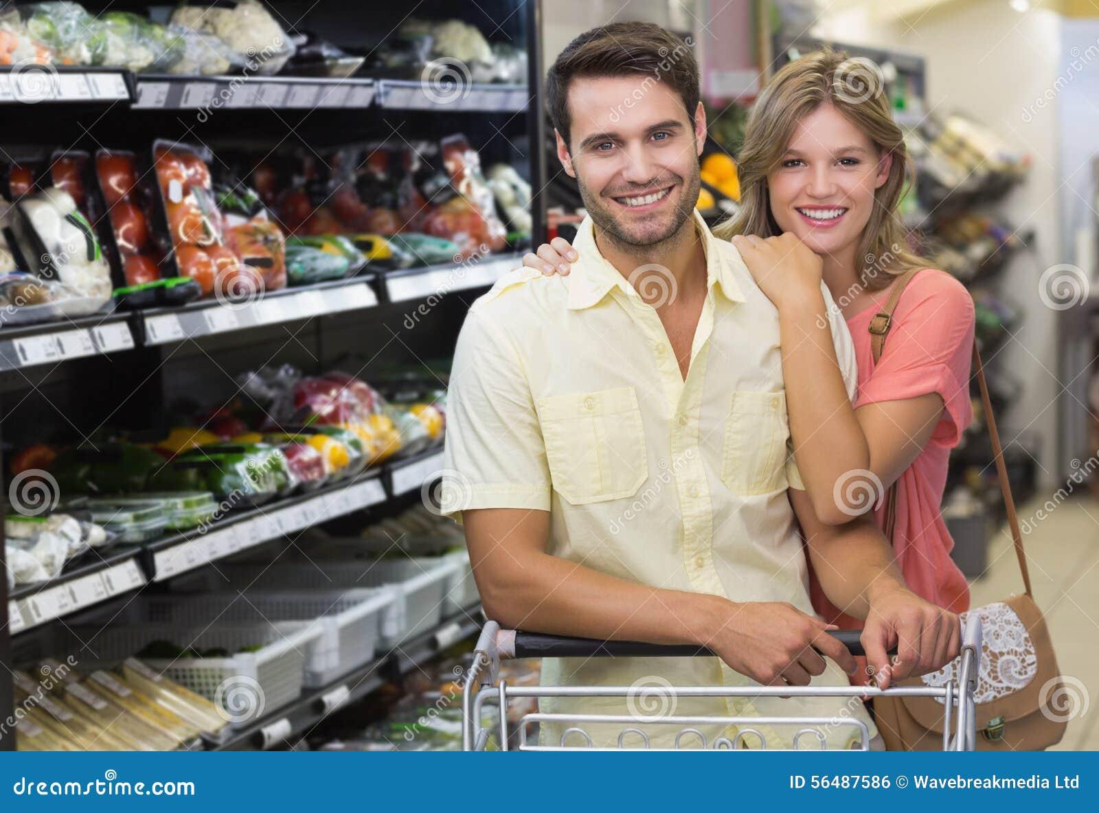 Portrait des produits de achat de sourire de couples lumineux