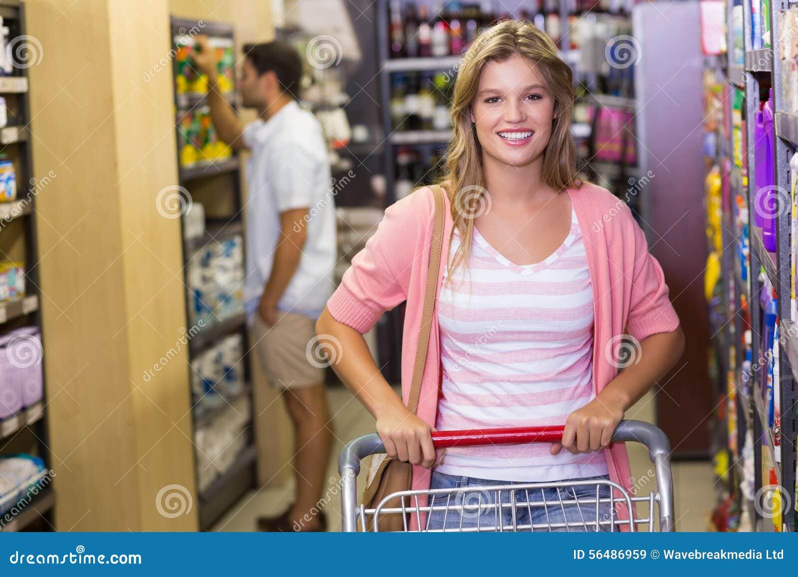 Portrait des produits de achat de sourire de femme blonde
