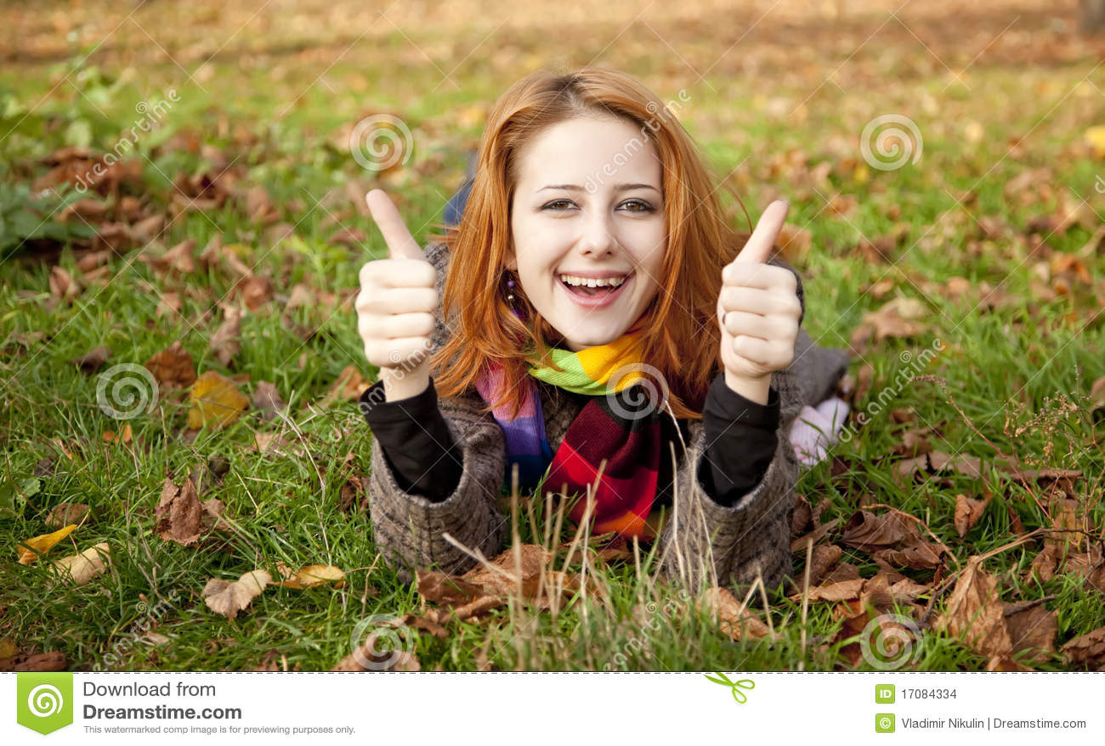 Portrait des red-haired Mädchens im Herbstpark.
