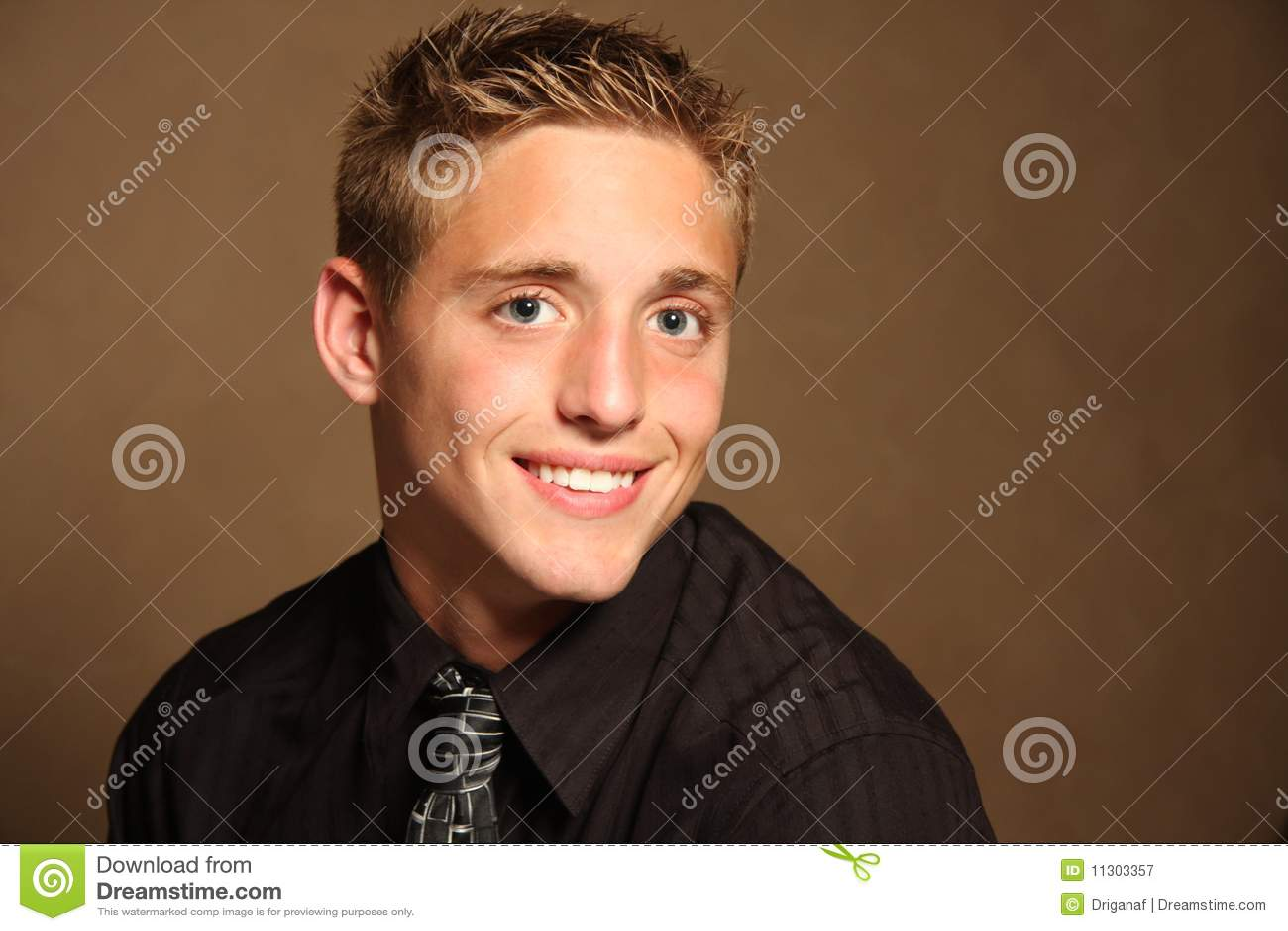 Portrait des stattlichen jungen Mannes