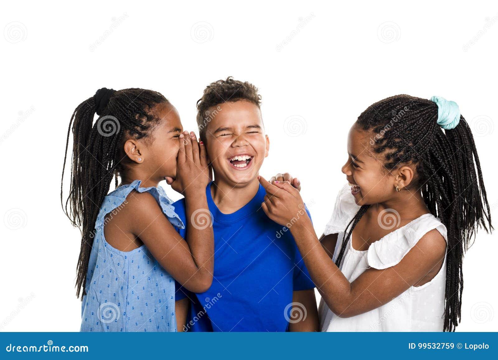 Portrait des trois enfants noirs heureux, fond blanc