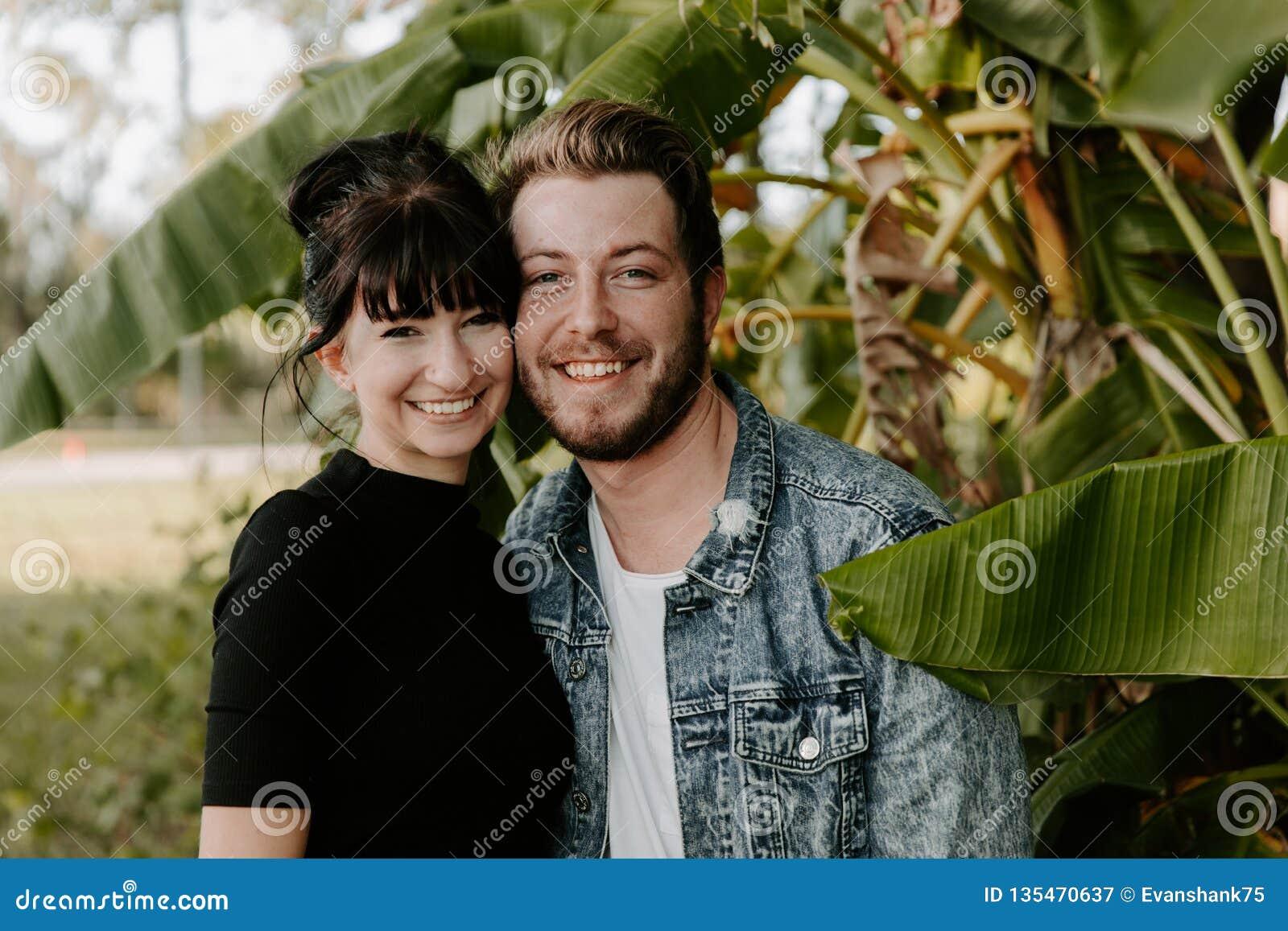 Portrait deux du beau jeune adulte caucasien moderne mignon Guy Boyfriend Lady Girlfriend Couple étreignant et embrassant dans l