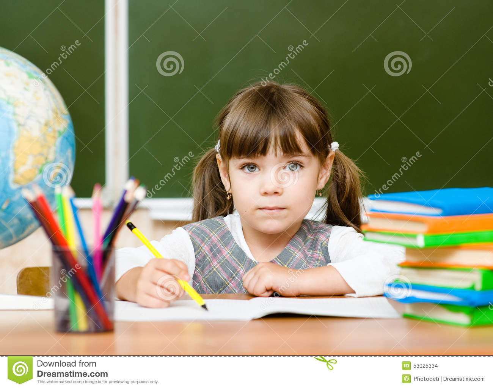 Portrait du beau dessin de fille dans le cahier