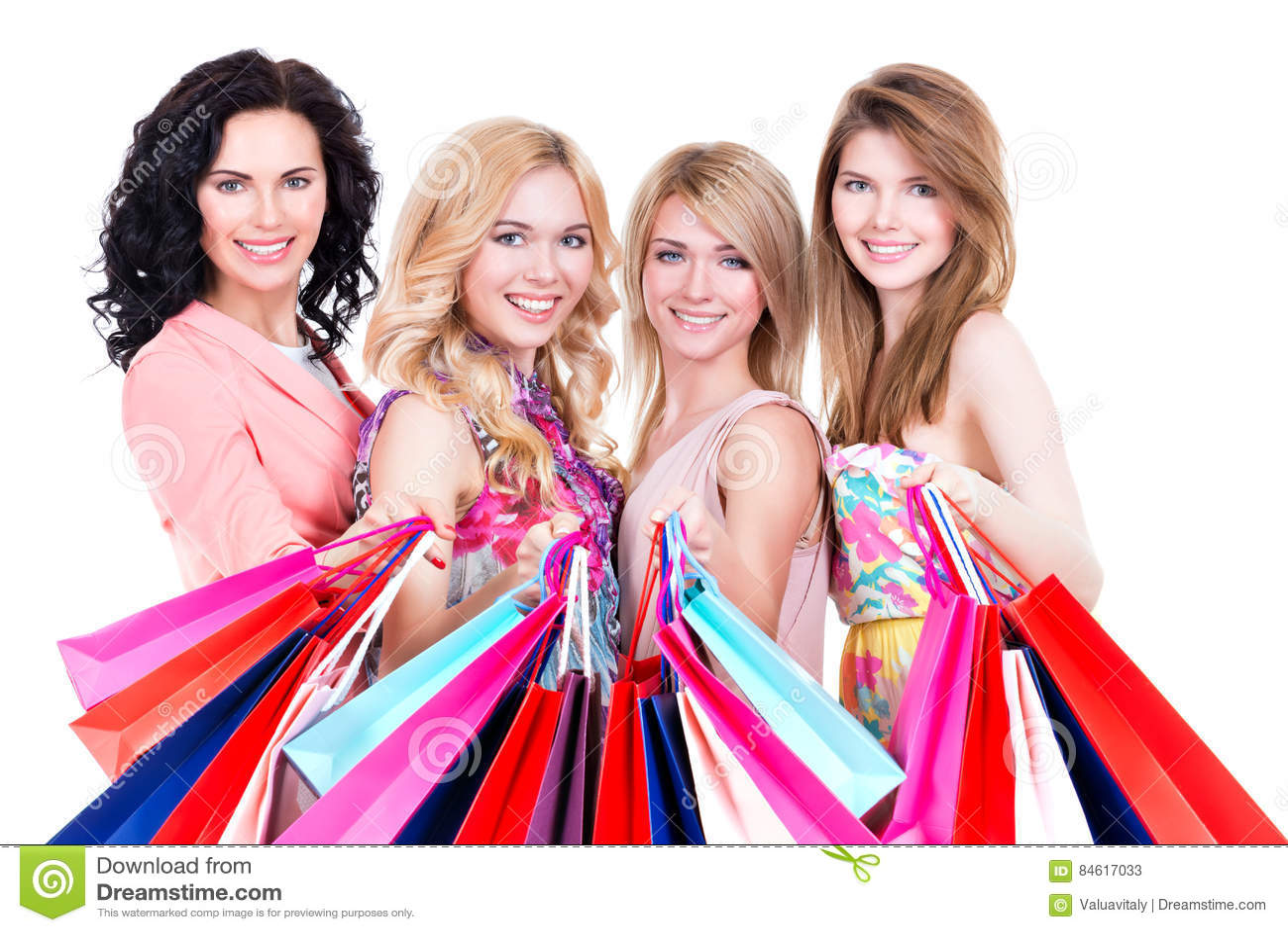 Portrait du bel achat heureux de femmes