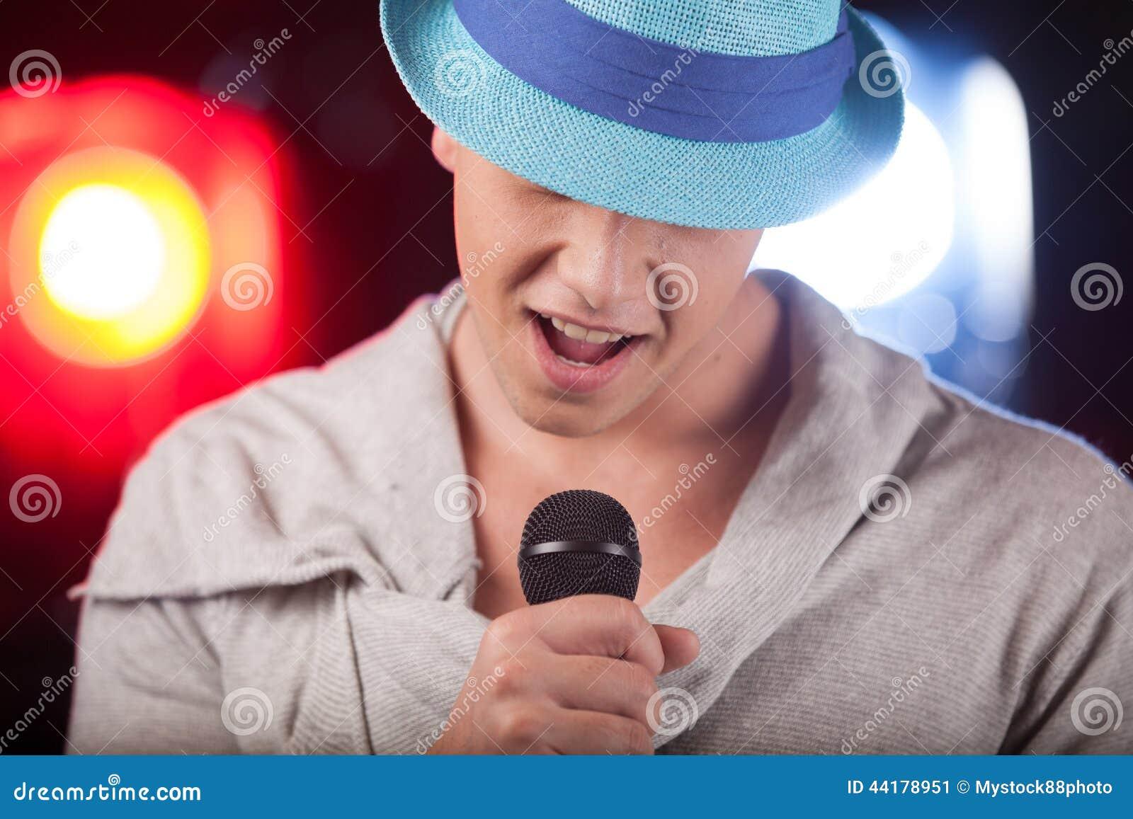 Portrait du chanteur masculin utilisant le chapeau bleu