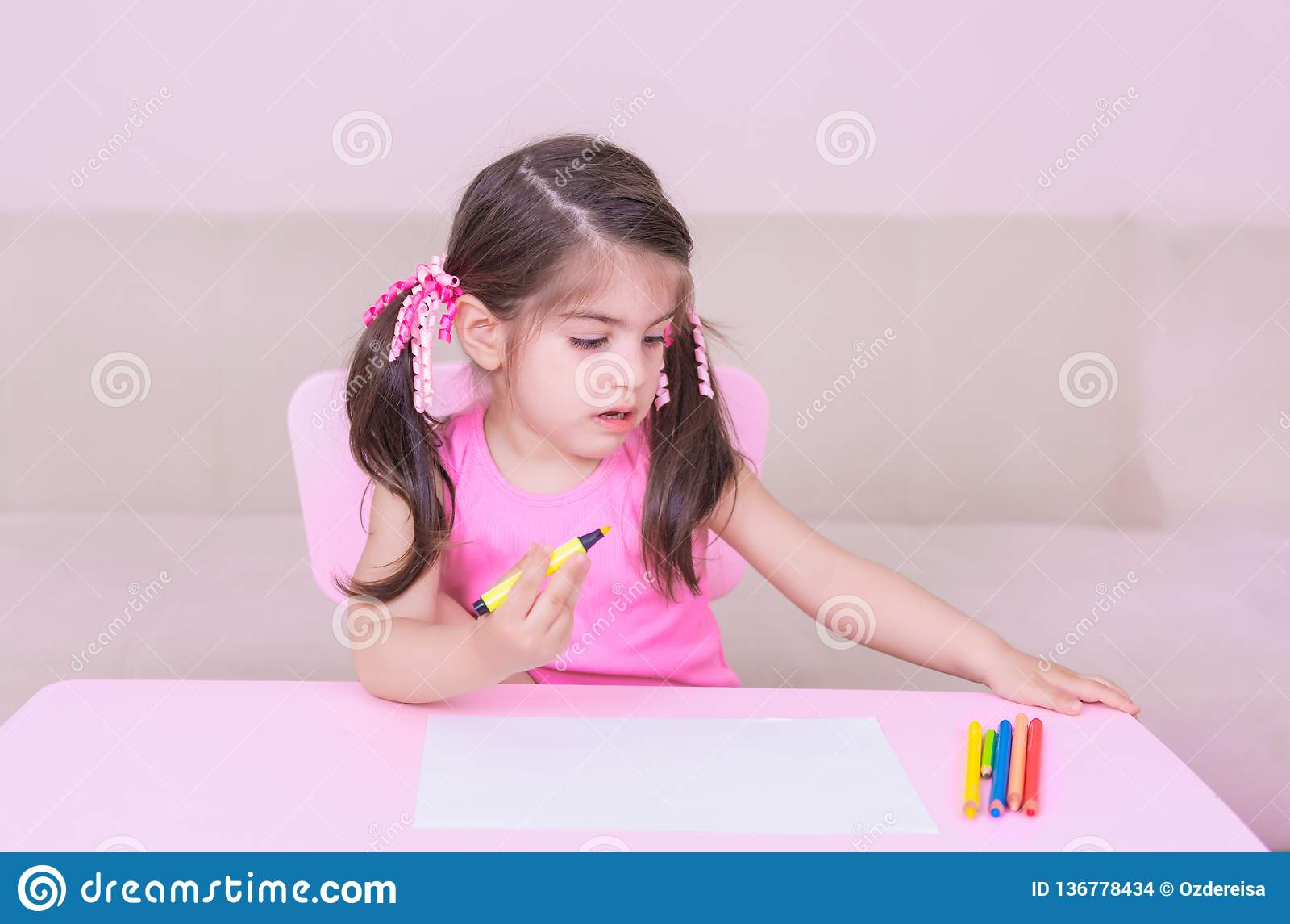 Portrait Du Dessin Mignon De Fille Avec Les Crayons Colorés